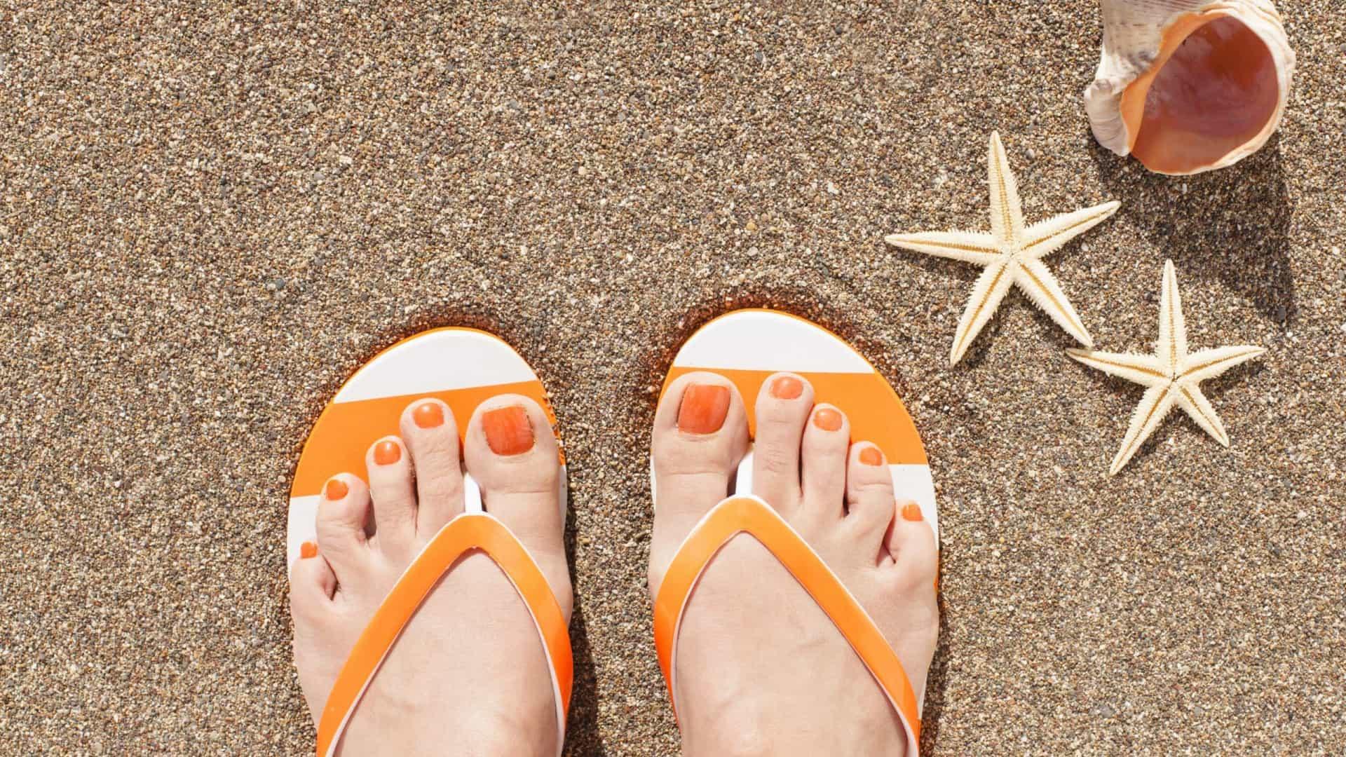 Muito calor? Quatro perigos de usar chinelos no verão
