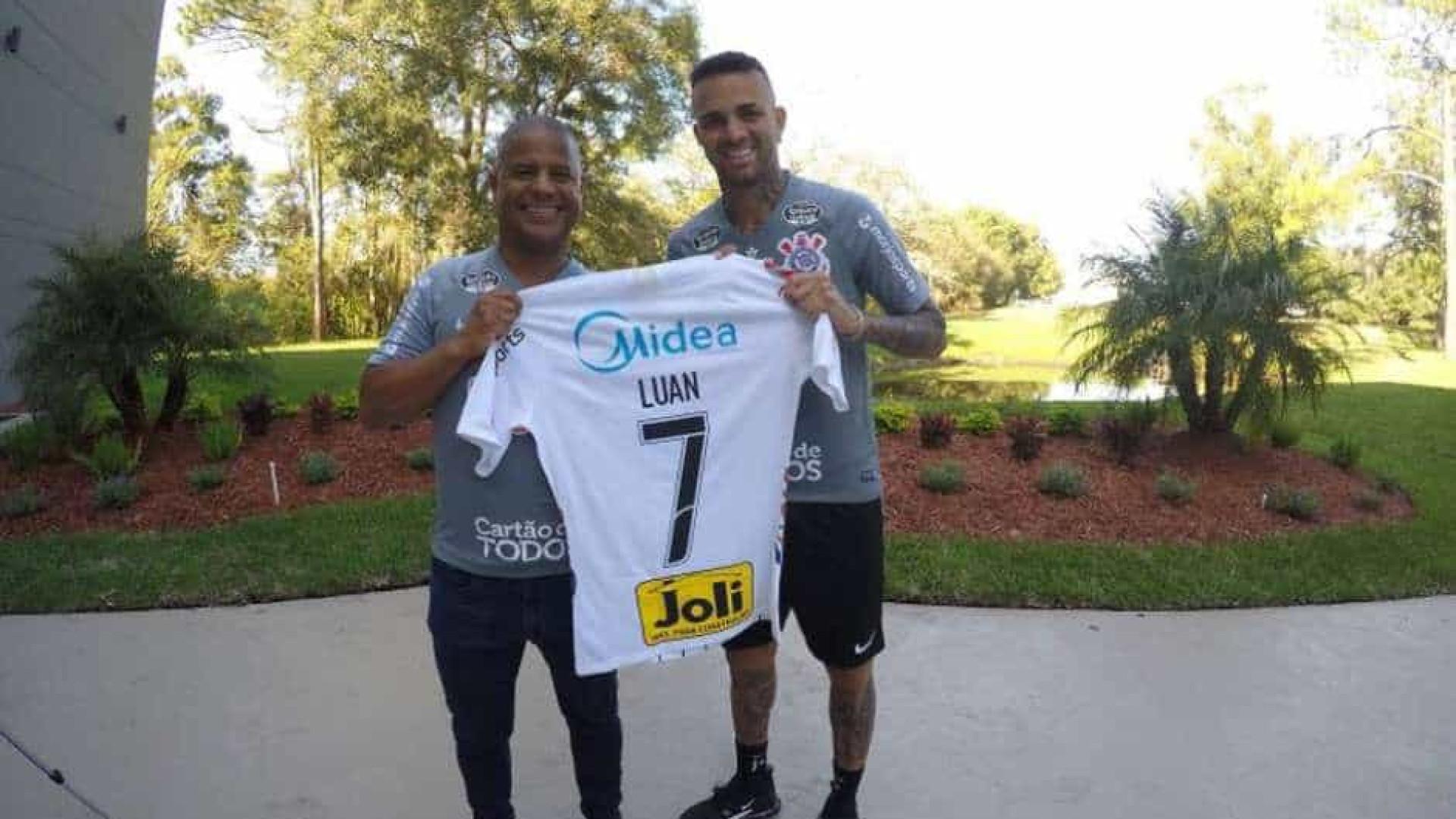 Luan recebe camisa 7 de Marcelinho e diz realizar sonho no Corinthians