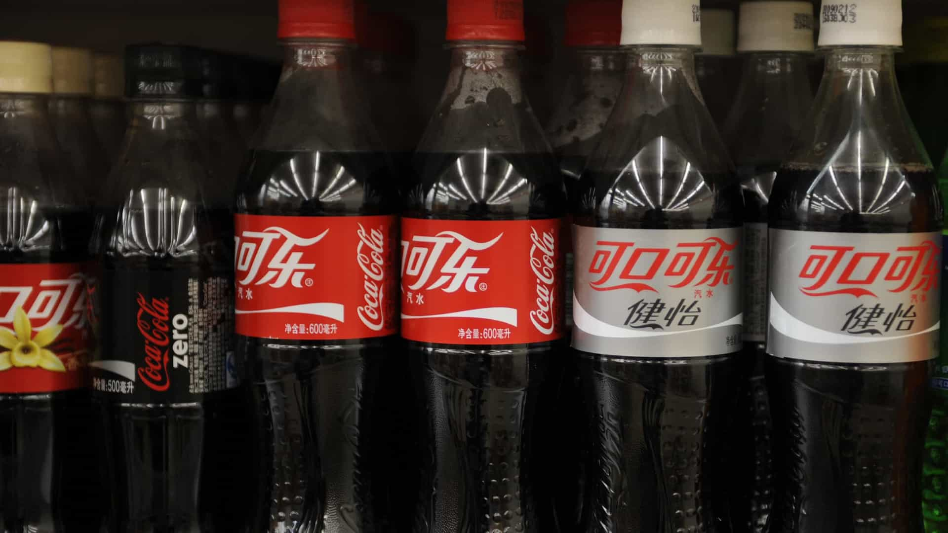 Coca-Cola diz que as pessoas ainda querem garrafas de plástico