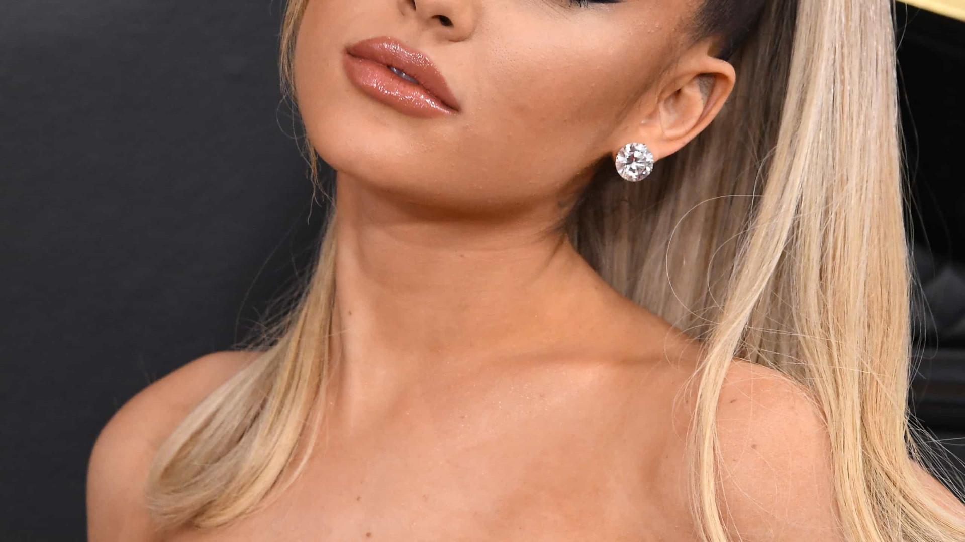 Ariana Grande flagrada aos beijos com homem misterioso