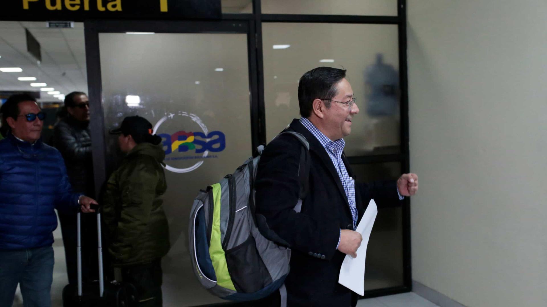 Candidato à Presidência da Bolívia é intimado ao desembarcar no país
