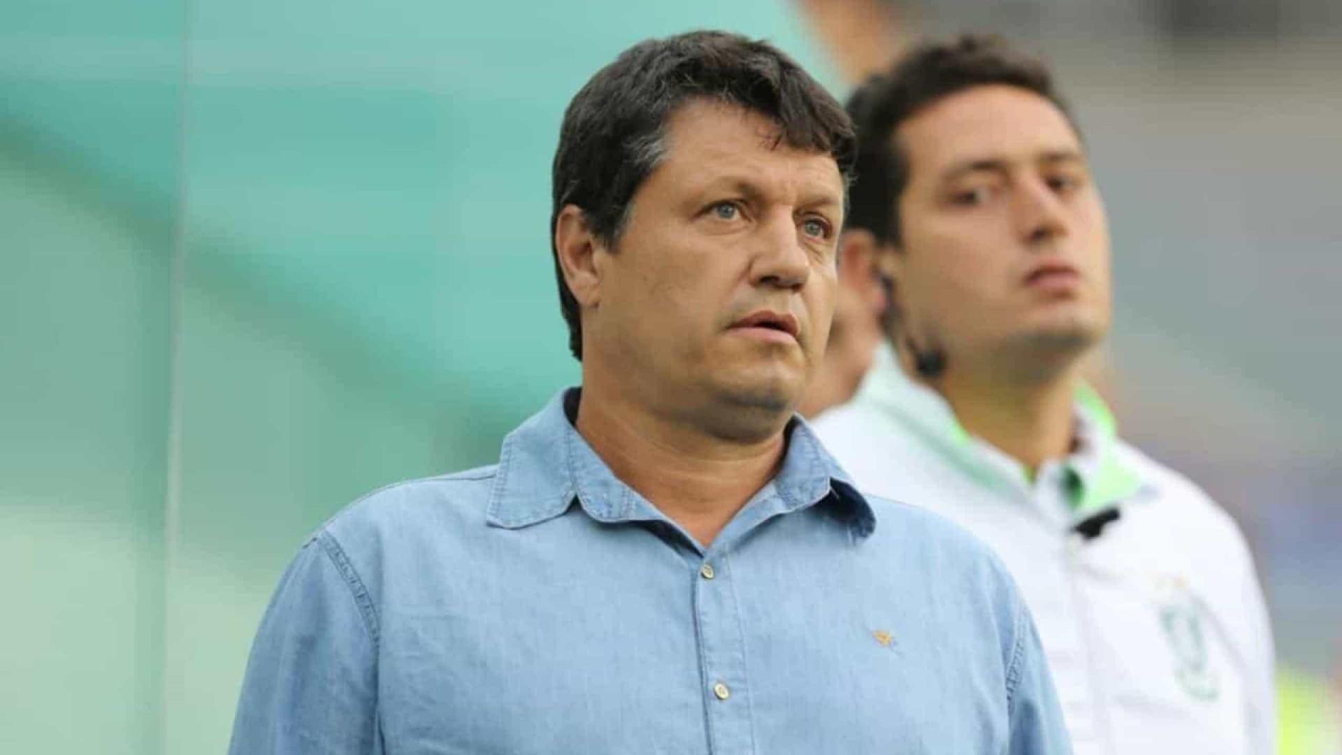 Adilson Batista dá ritmo e faz observações em jogo-treino no Cruzeiro