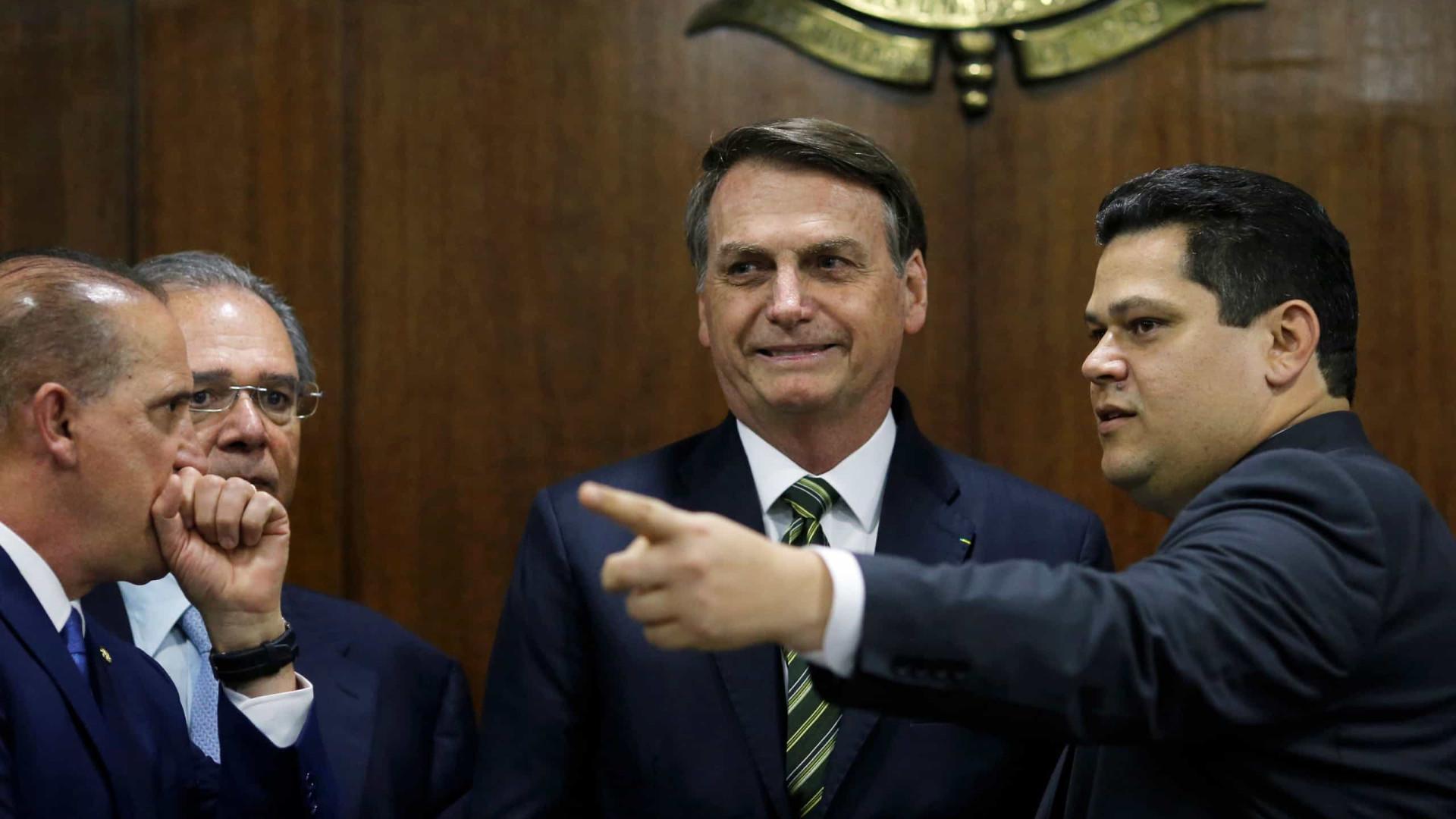 Após críticas de Maia, Alcolumbre se cala e oposição quer impeachment