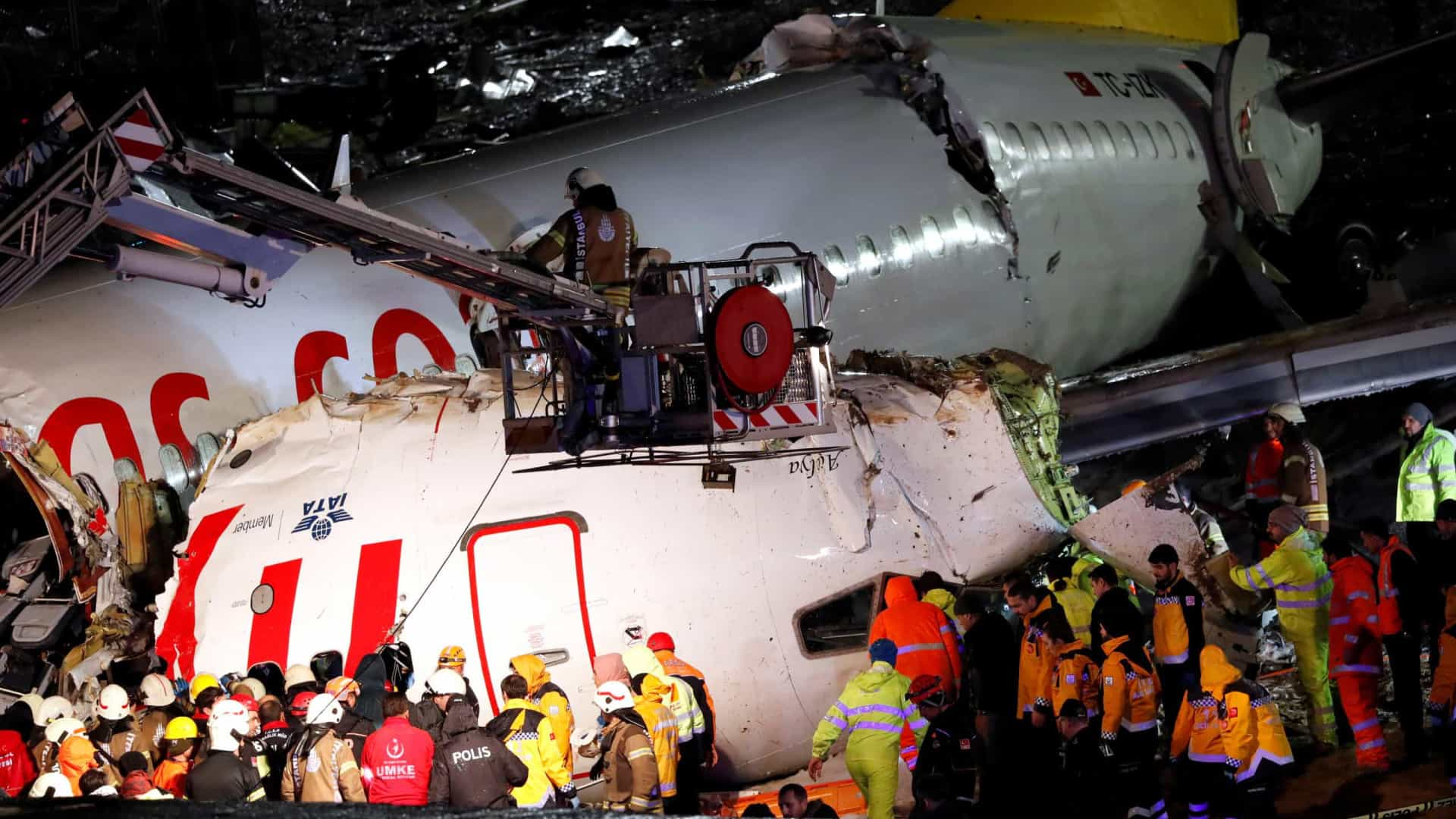 Sobe para três número de mortos em acidente de avião em Istambul
