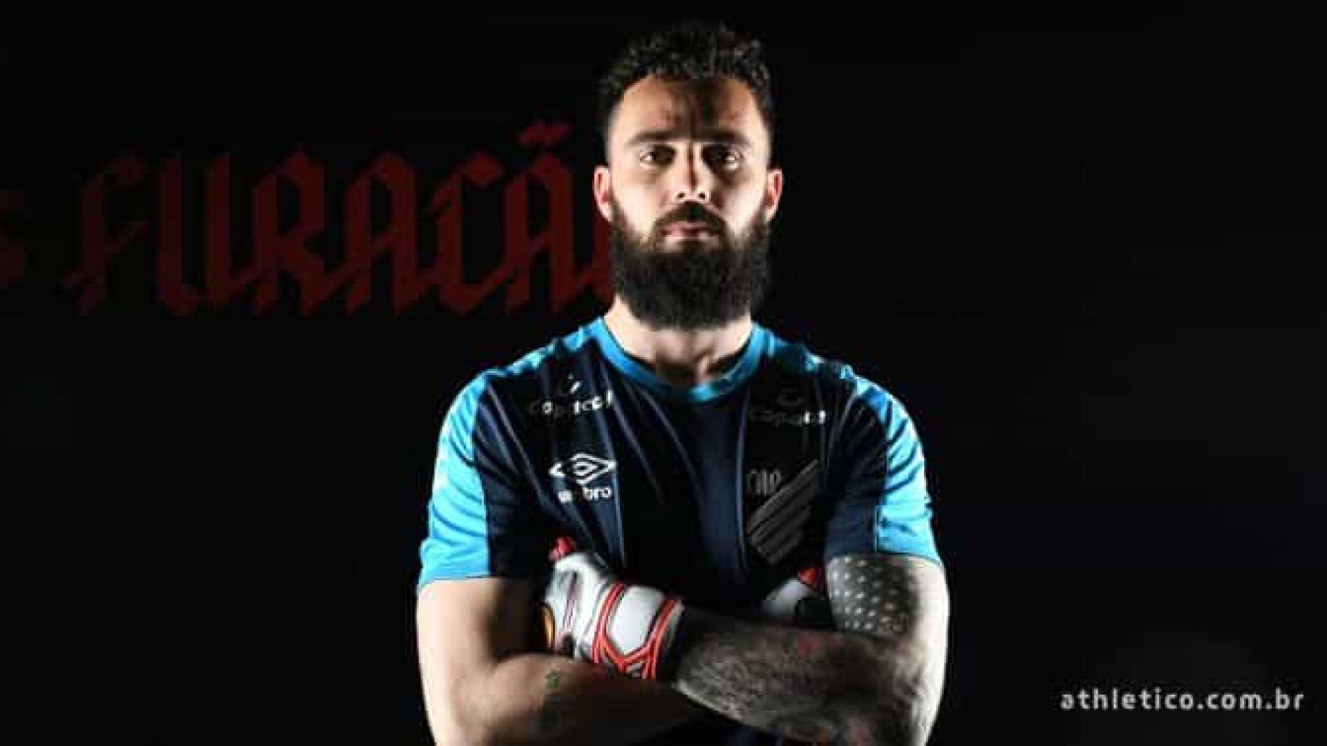 Athletico-PR anuncia a contratação do goleiro Jandrei por empréstimo