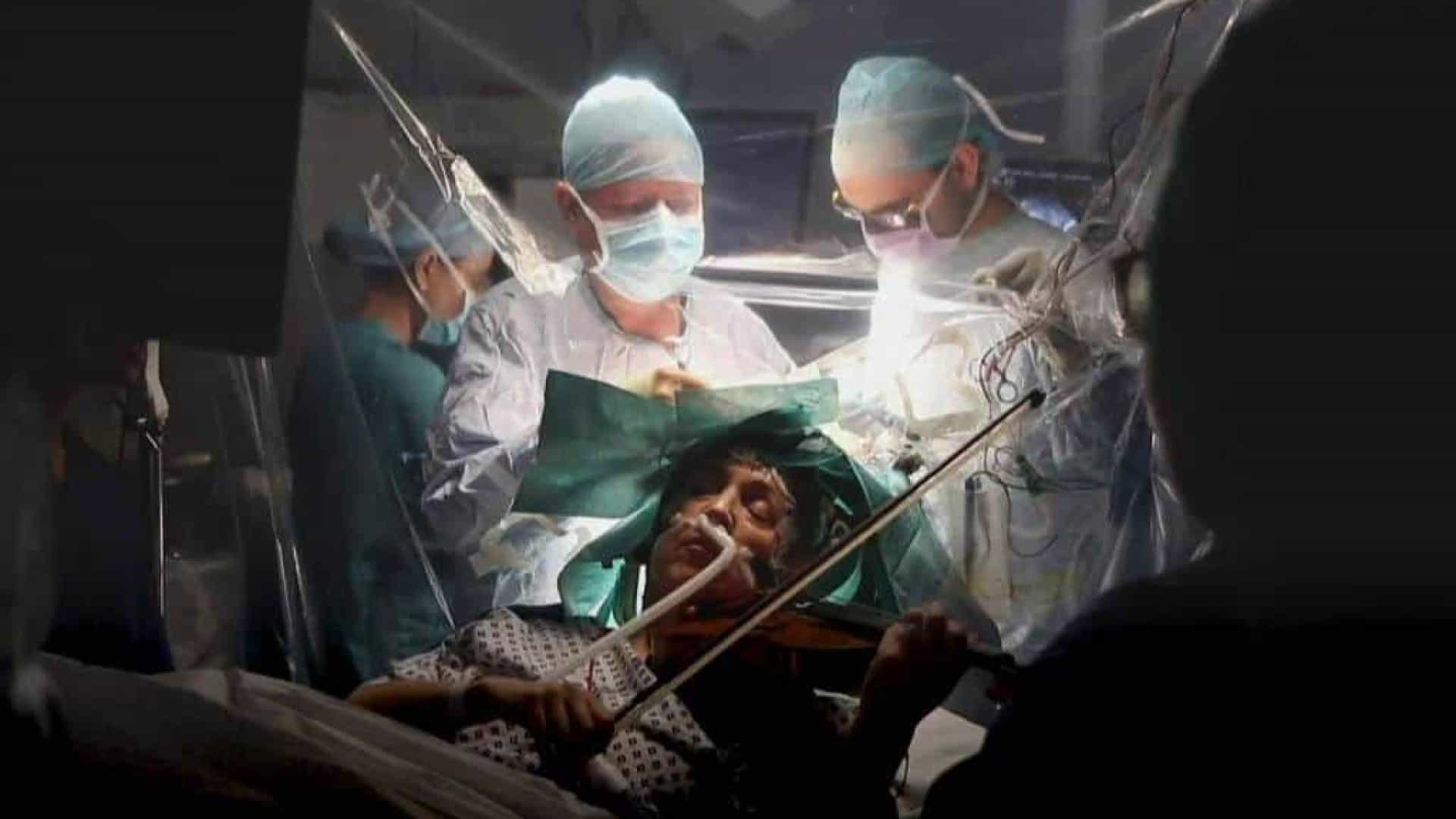 Violinista toca durante a própria cirurgia no cérebro