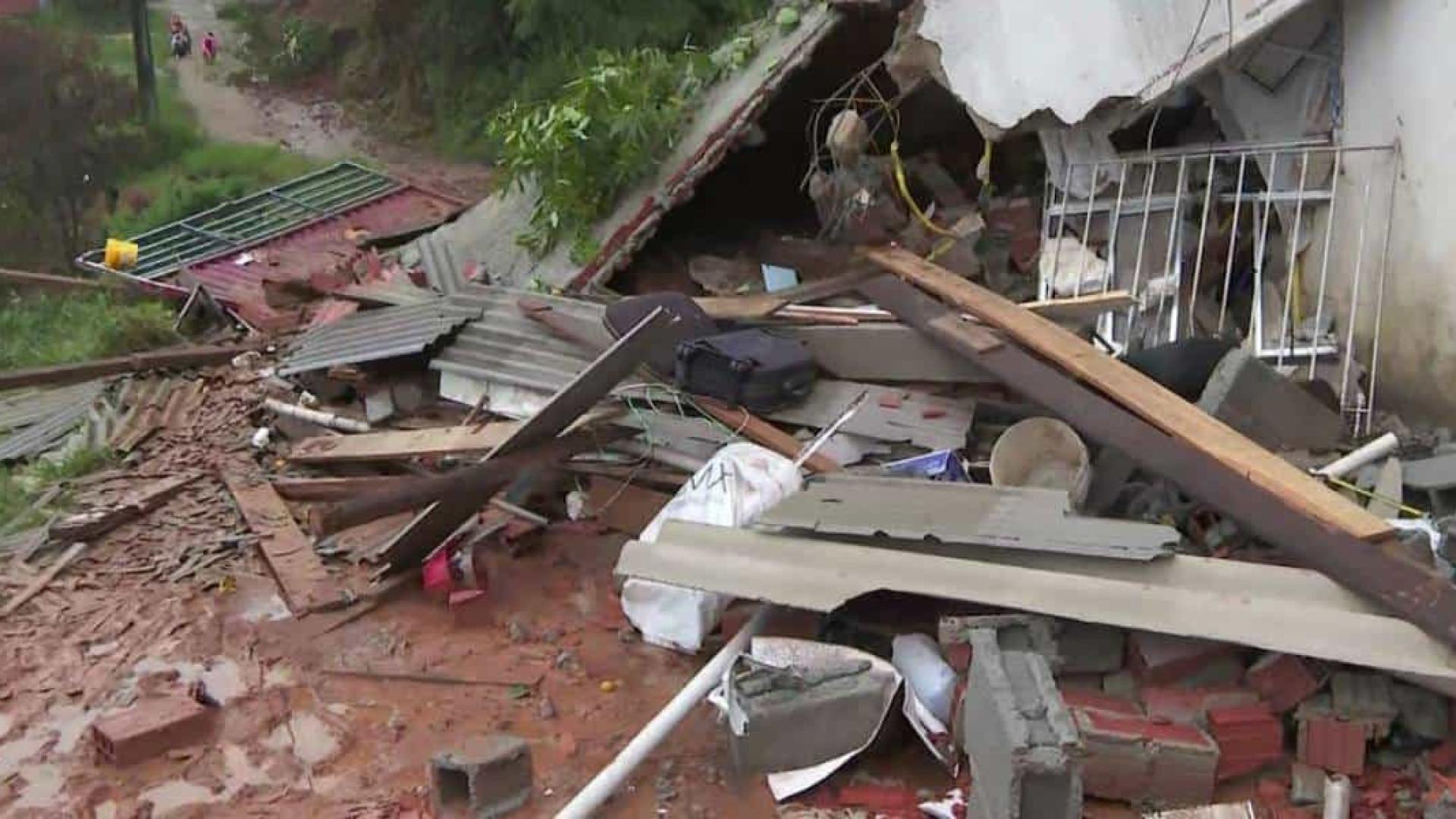 Seis casas desabam no Rio de Janeiro após fortes chuvas