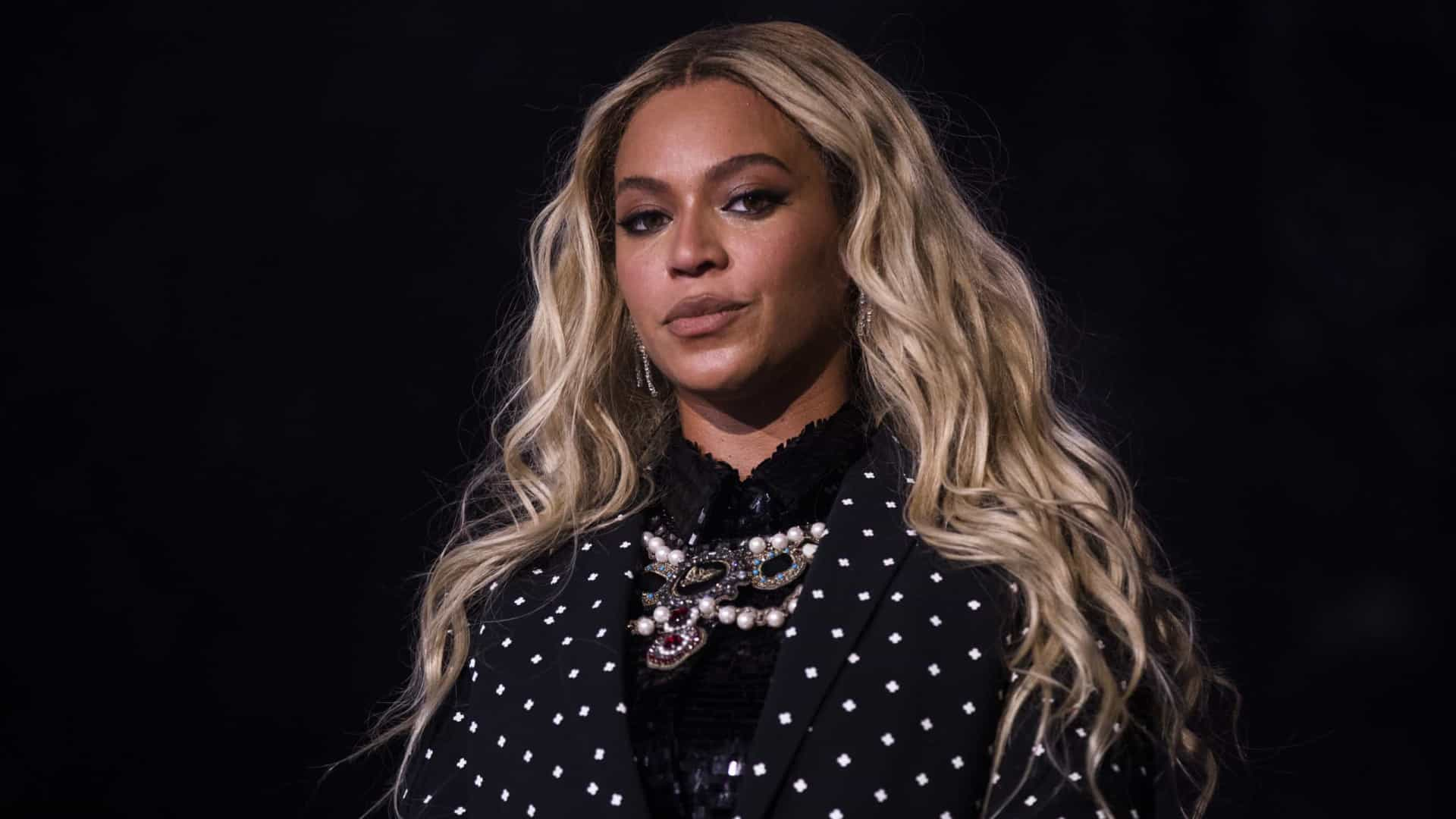Beyoncé 'flagrada' sem maquiagem em passeio de barco