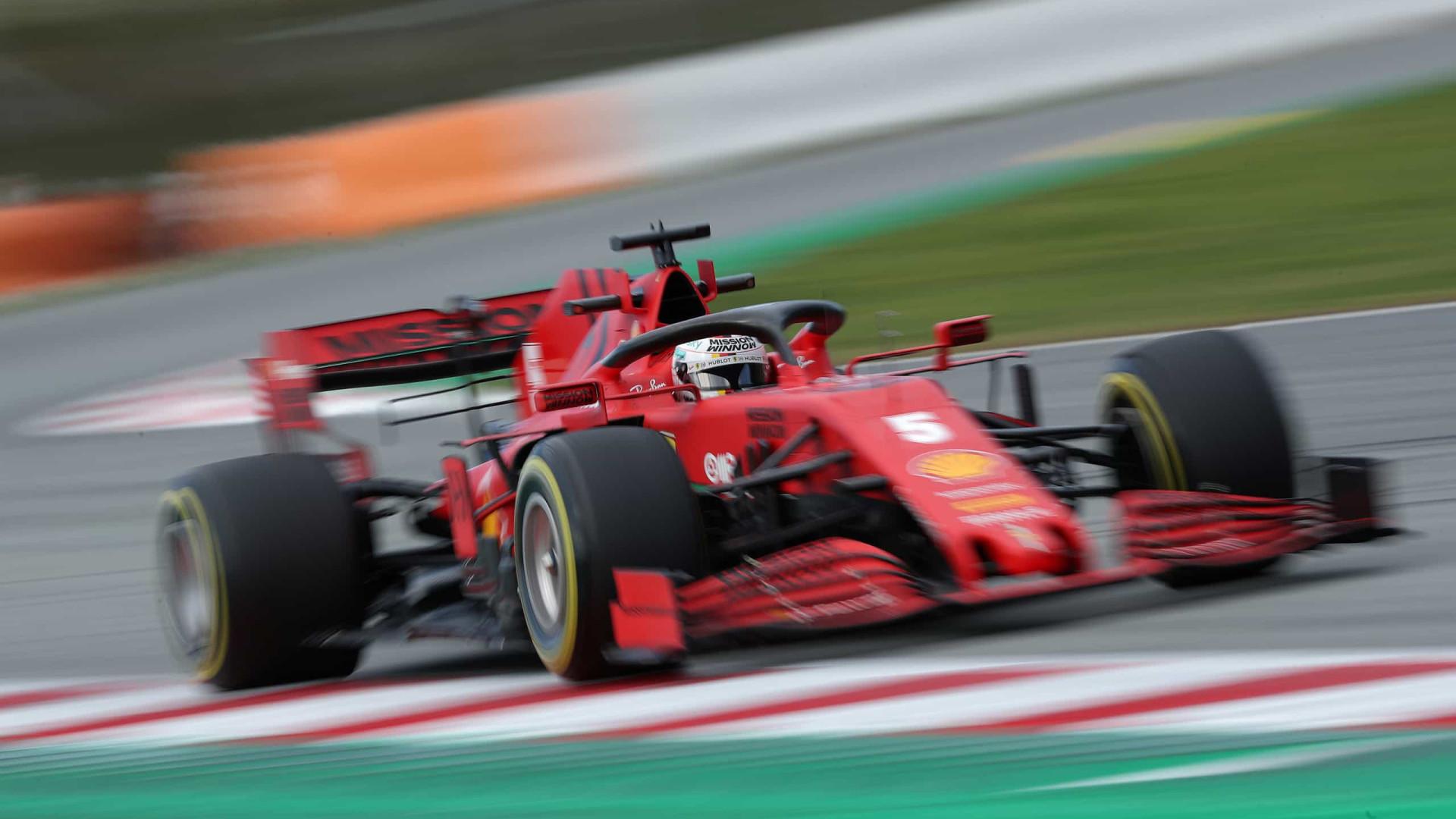Vettel coloca Ferrari na frente e Hamilton tem problemas