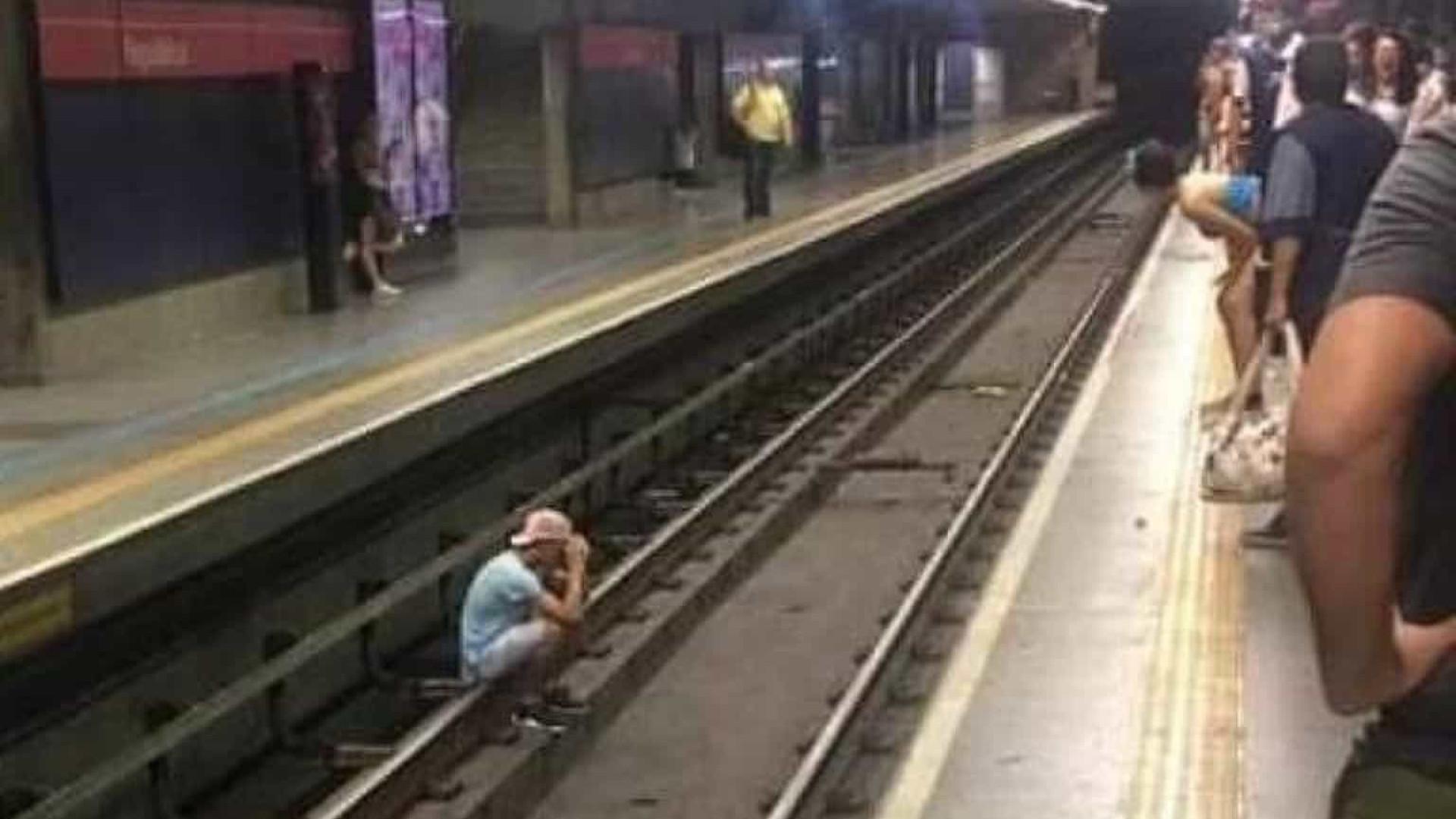 Homem é agredido por seguranças após sair de trilhos do metrô de SP