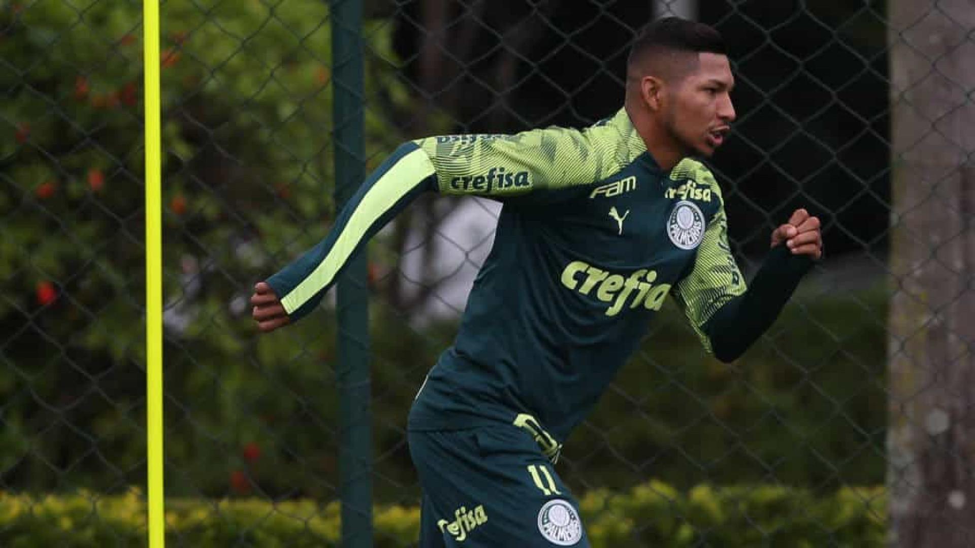Rony estreia como titular e elogia movimentação no ataque do Palmeiras