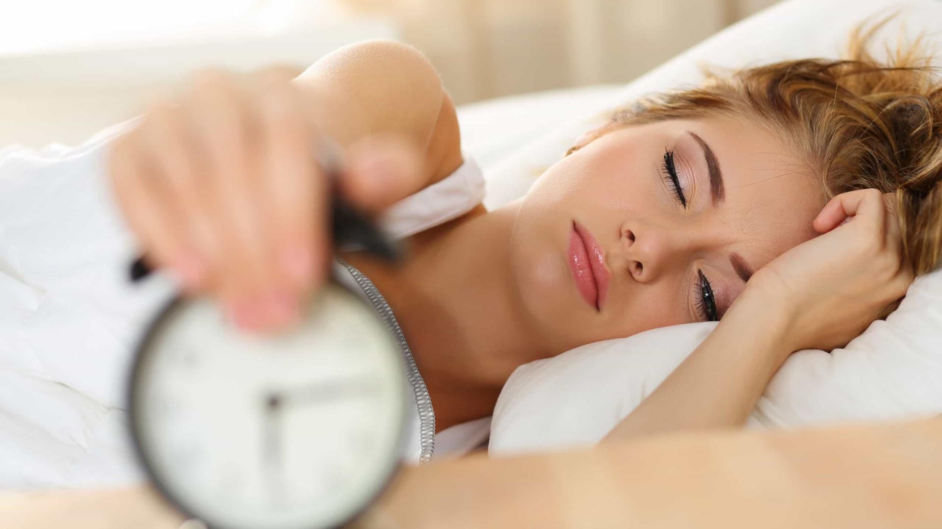 Porque é que acordo cansado mesmo após dormir muitas horas?