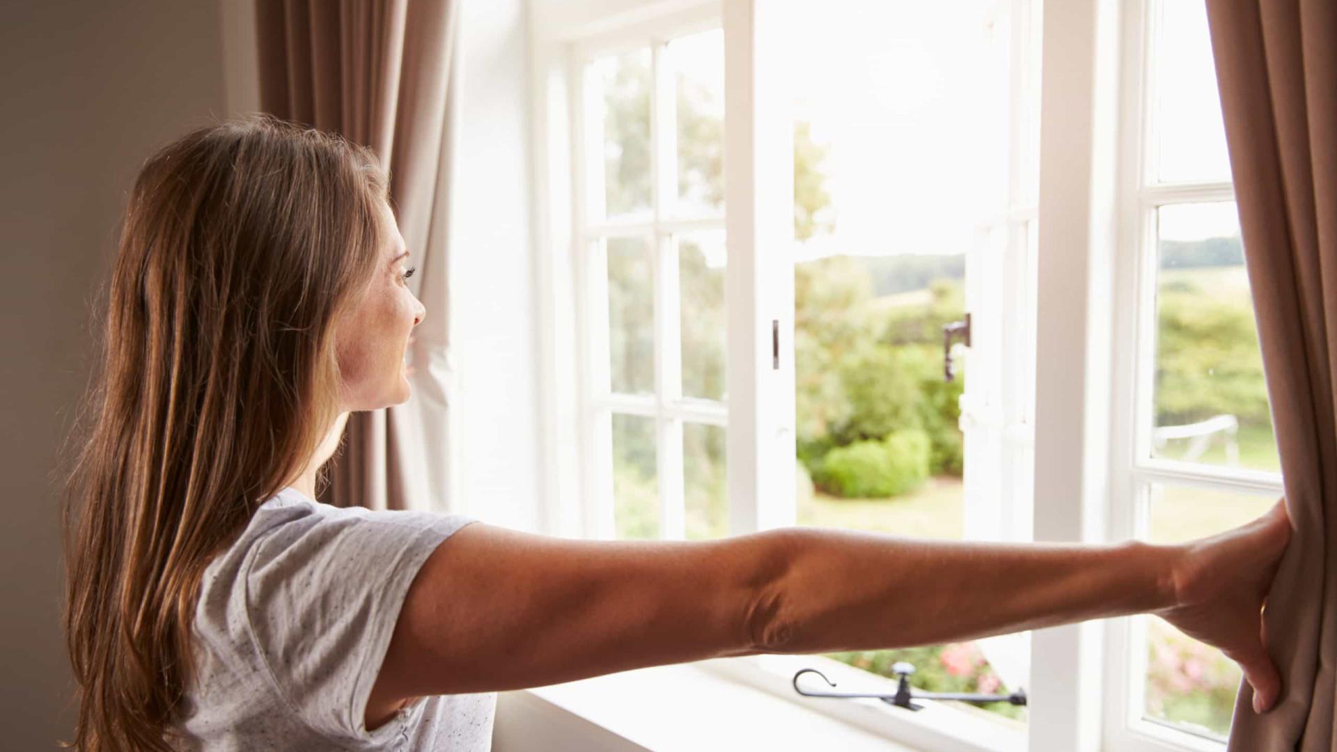 Arejar a casa traz benefícios mesmo nos dias mais frios. Sabe porquê?
