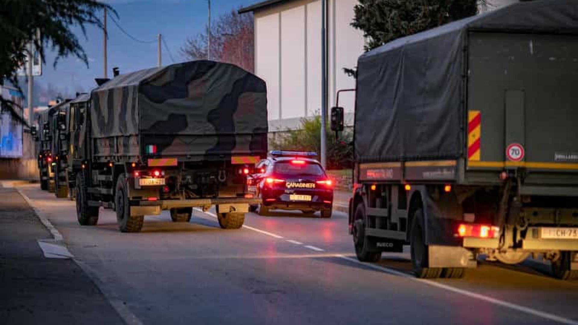 Fotos chocantes mostram caminhões transportando caixões na Itália