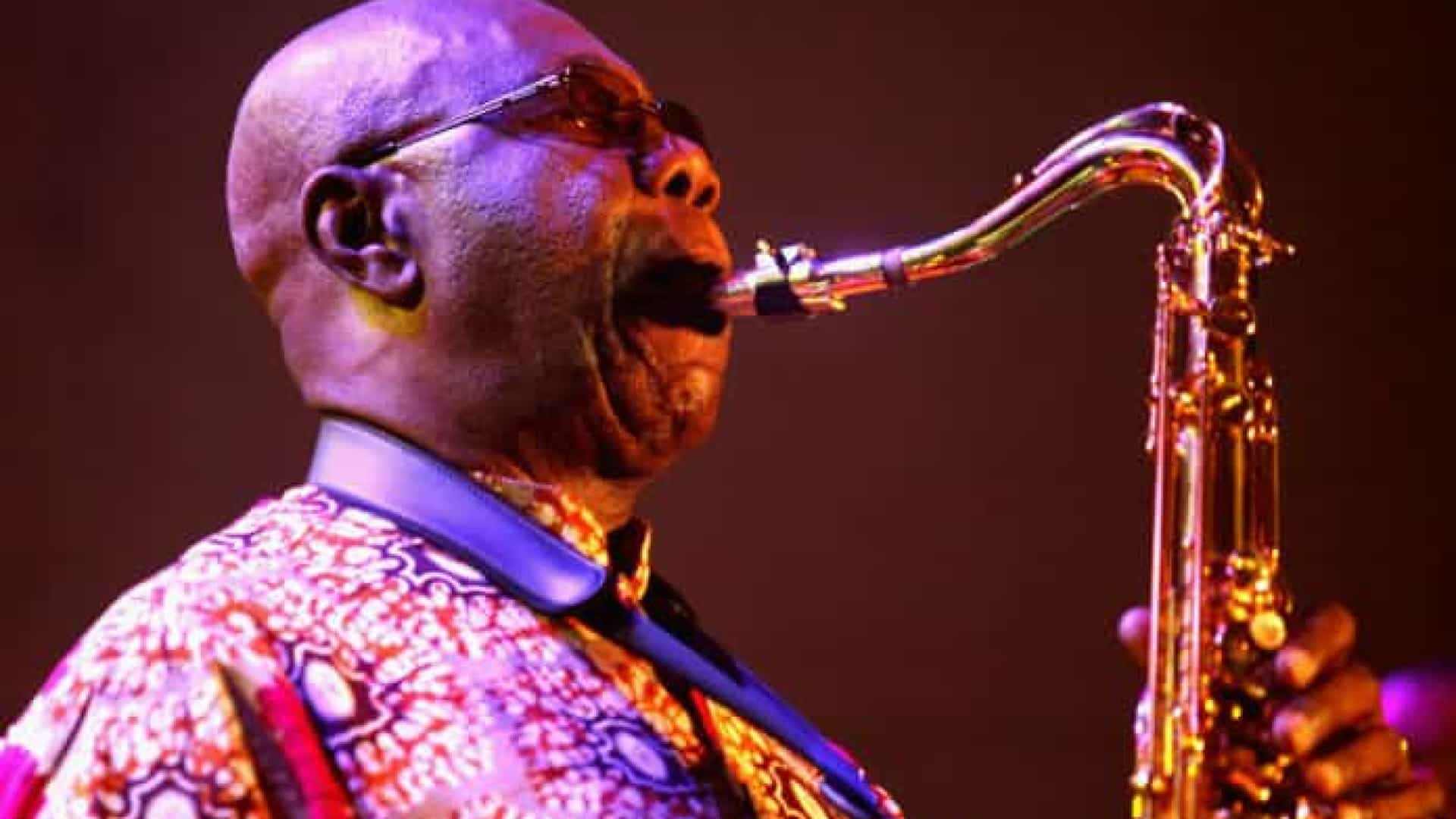 Manu Dibango, lenda do jazz, morre após ser diagnosticado com Covid-19