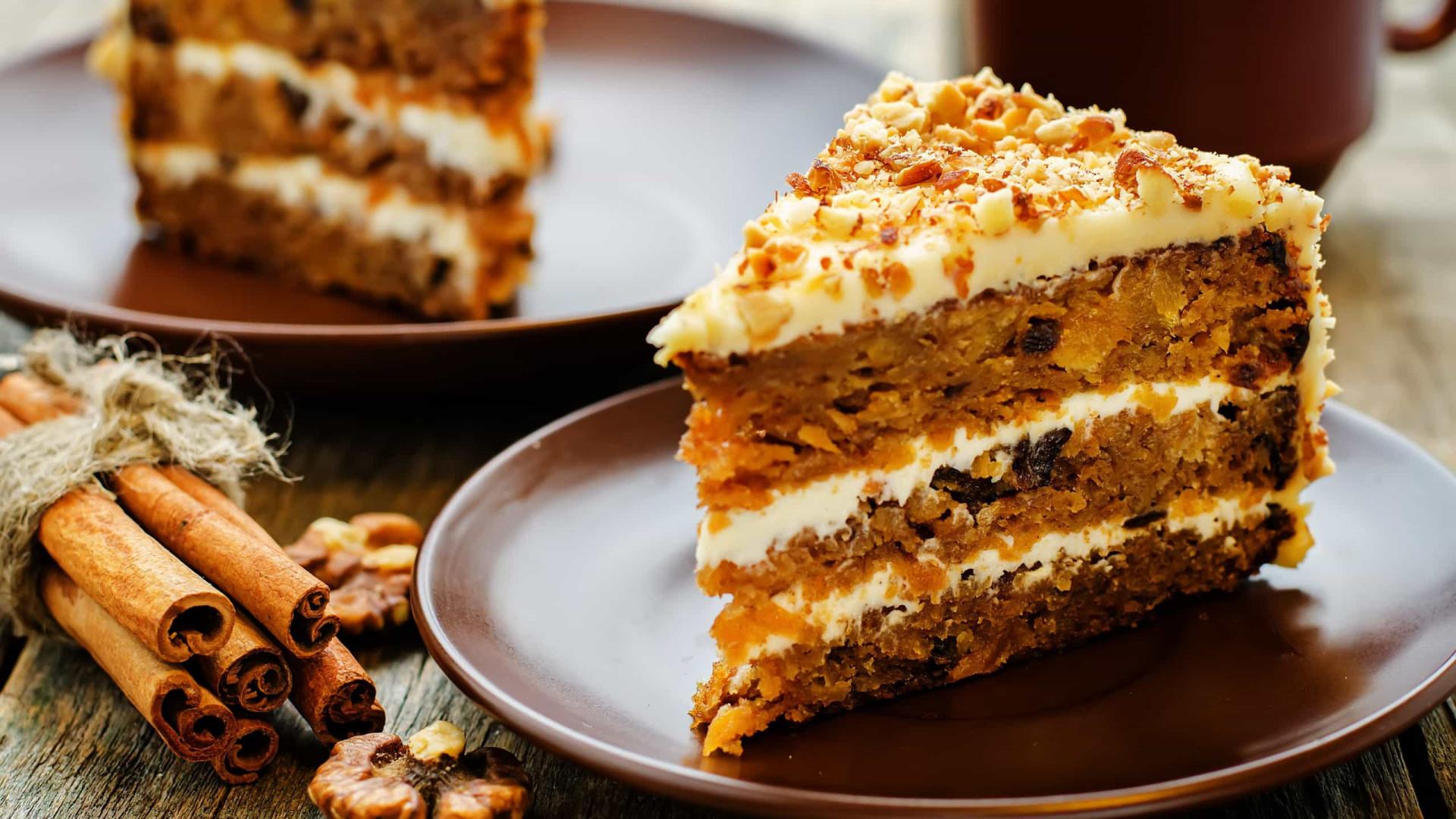 Aprenda a fazer esta receita fit de bolo de cenoura e aveia