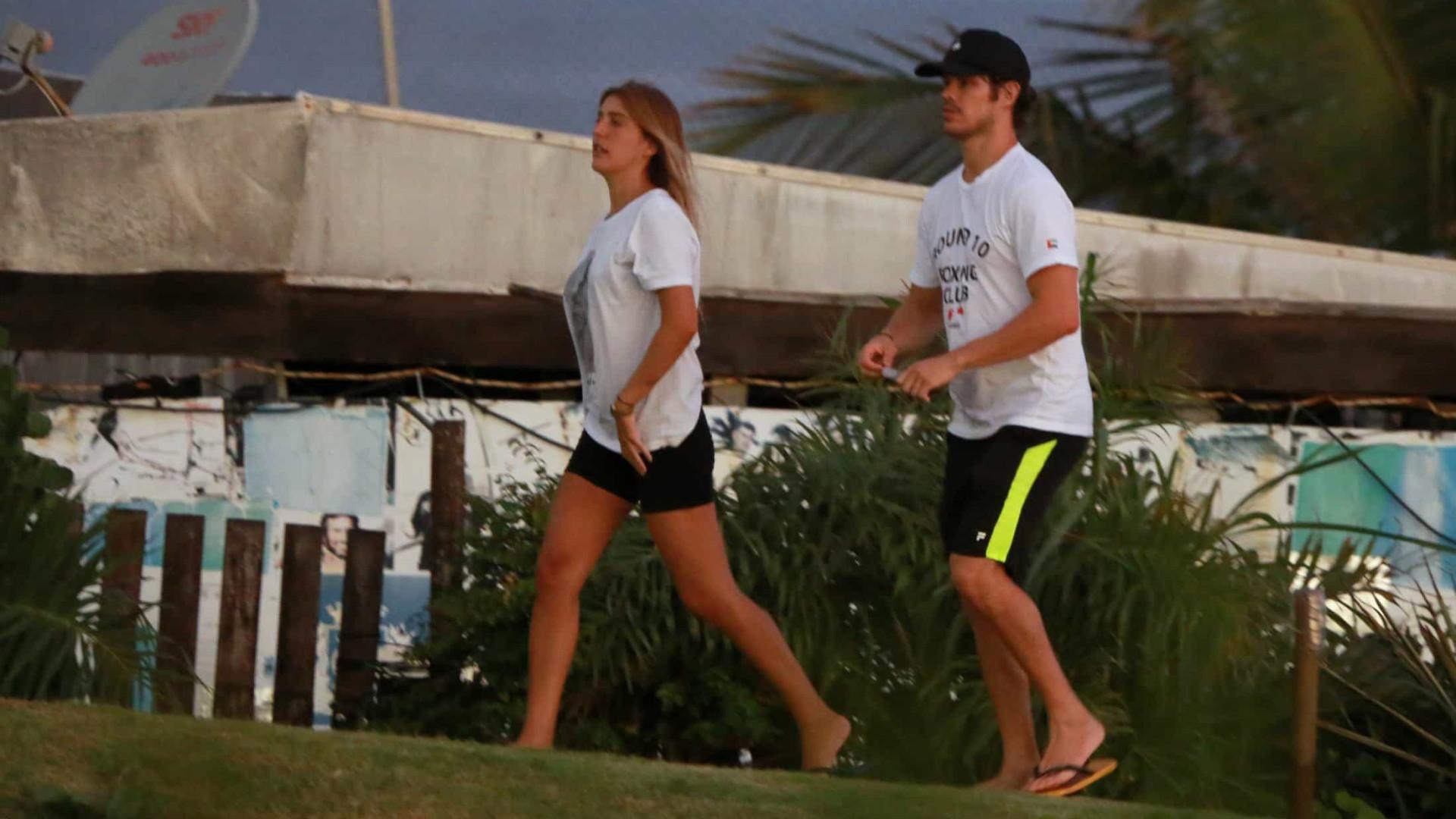 José Loreto vai à praia no Rio em meio à quarentena