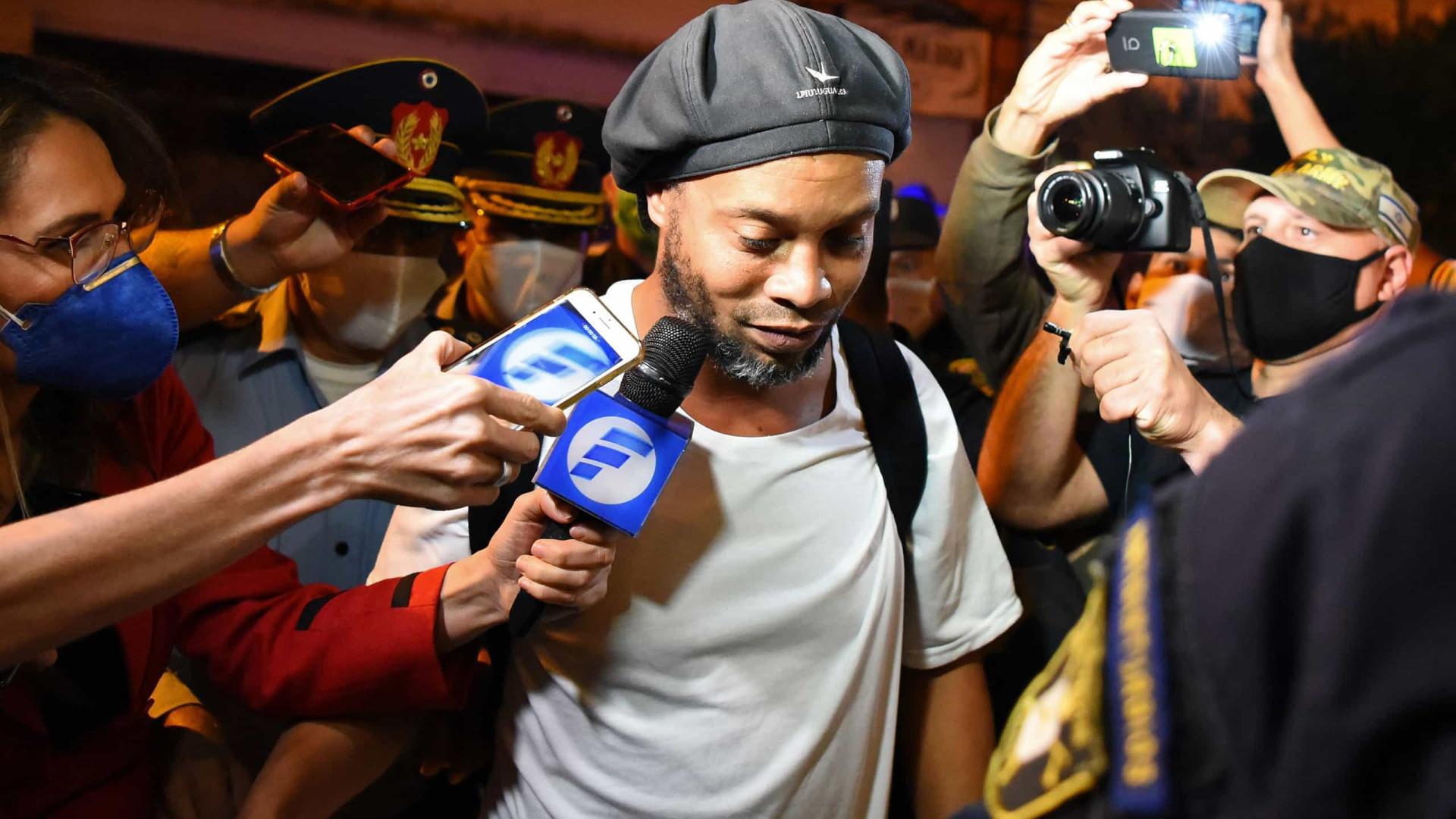 Amigo diz que Ronaldinho está depressivo após morte da mãe: 'bebe muito'