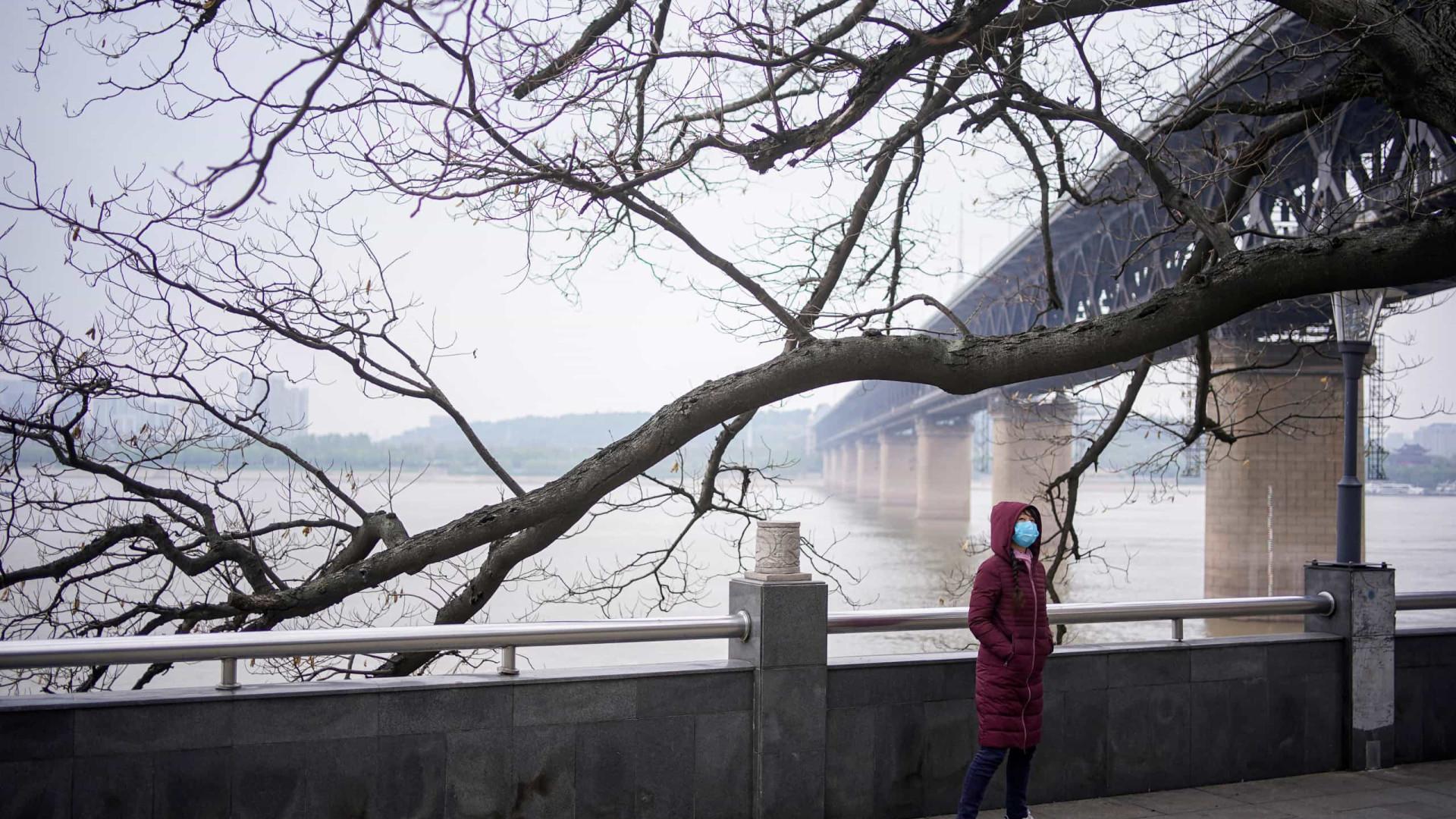 Casais de Wuhan 'inundaram' plataforma para se casarem