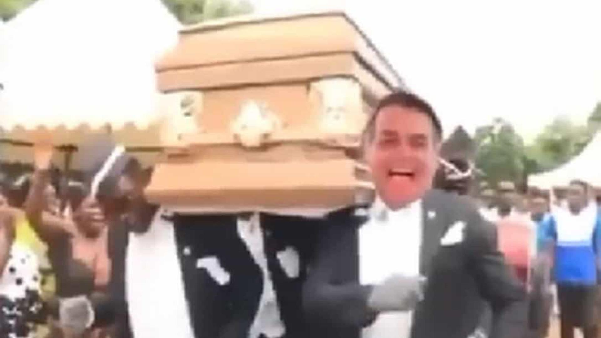 Presidente da Embratur faz meme com Bolsonaro carregando caixão