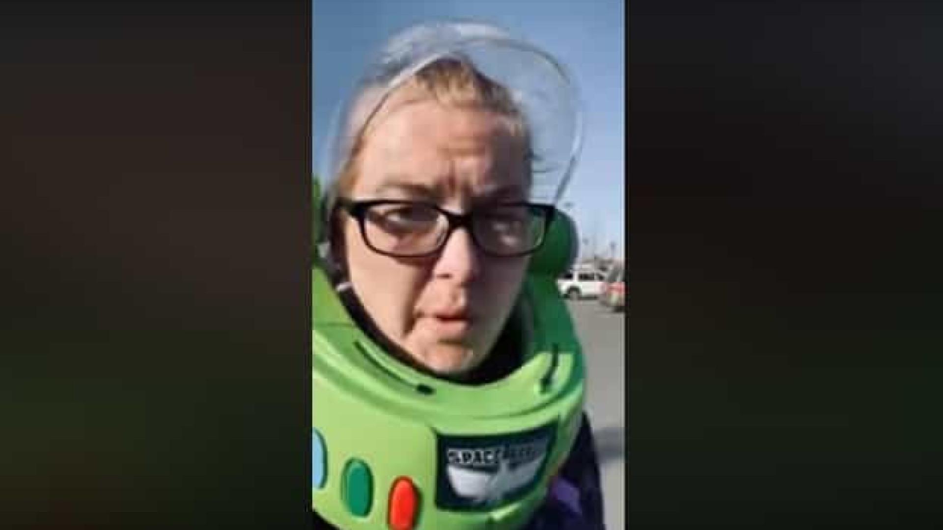 Sem máscara, mãe usa capacete do Buzz Lightyear para ir às compras