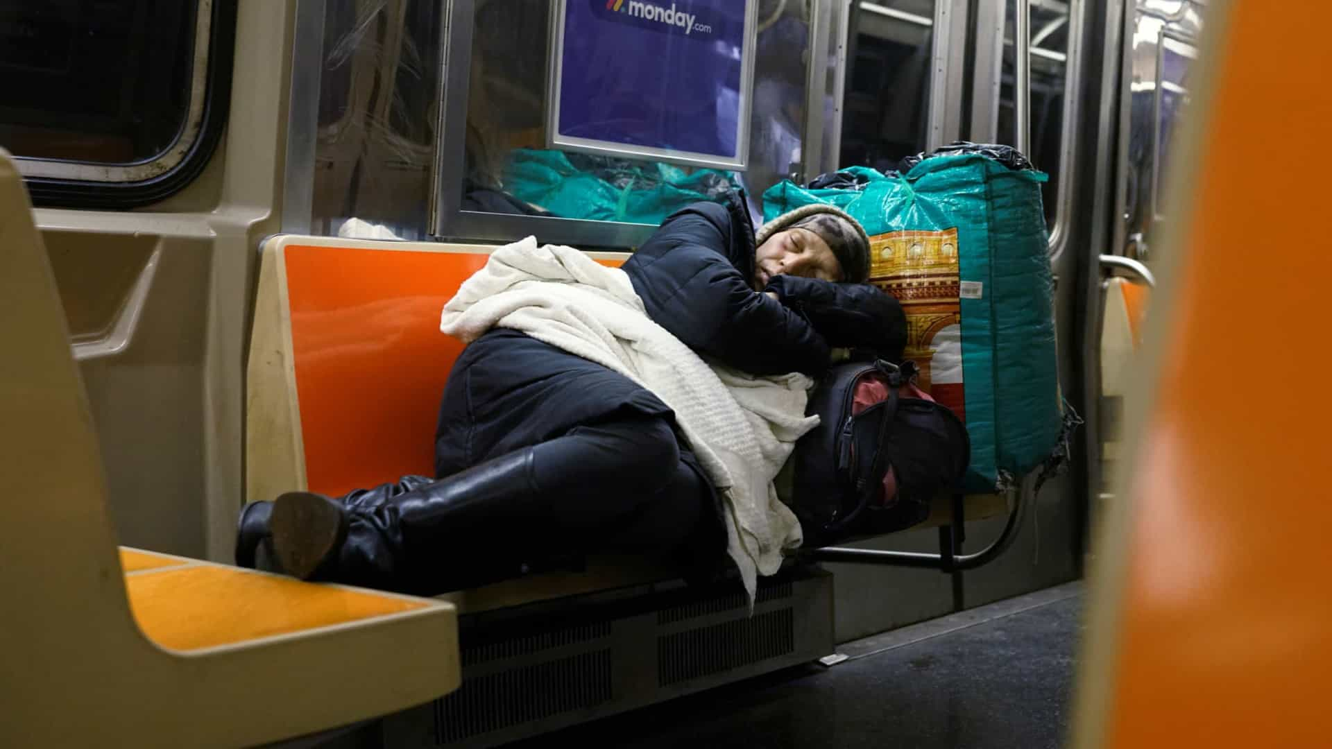 Sem passageiros, metrô de Nova York vira 'casa' para os sem-abrigo