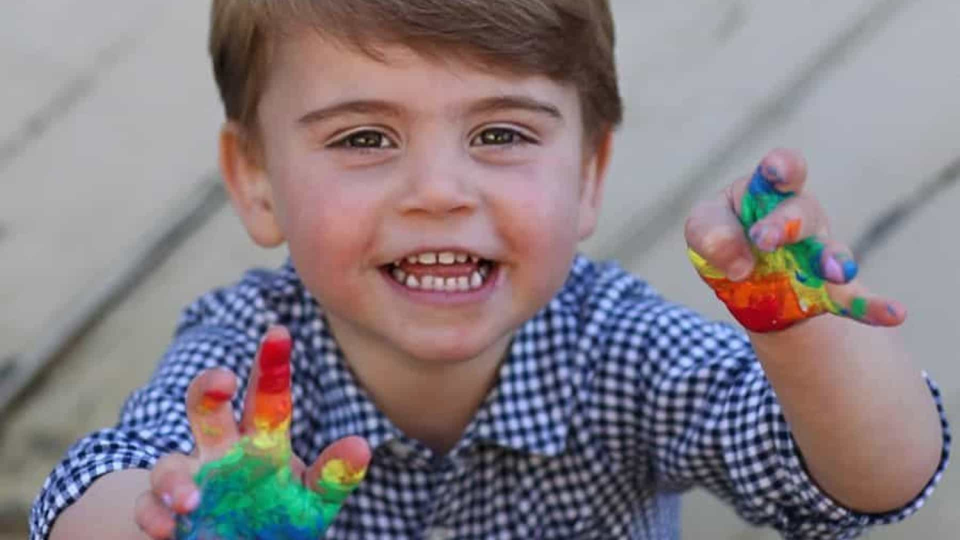 Realeza posta fotos do príncipe Louis para comemorar 2º aniversário