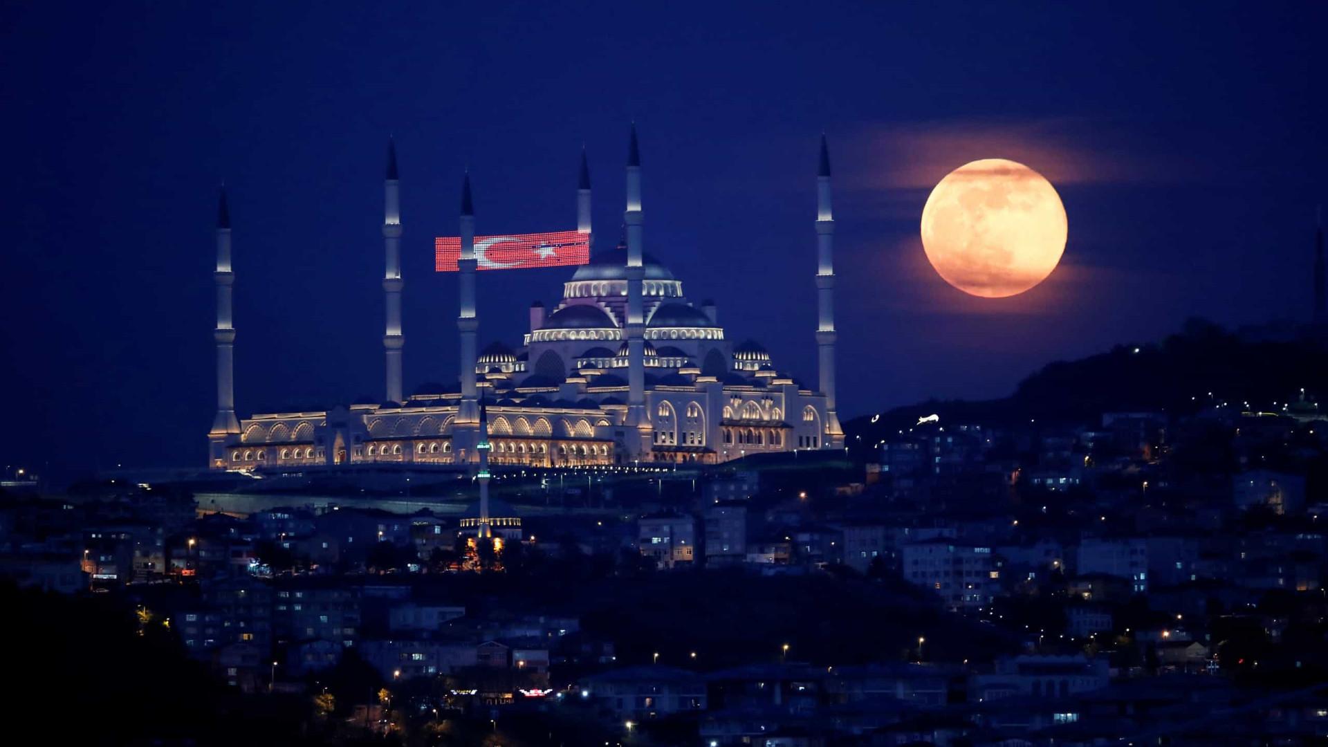 Imagens deslumbrantes da última super lua de 2020; confira!