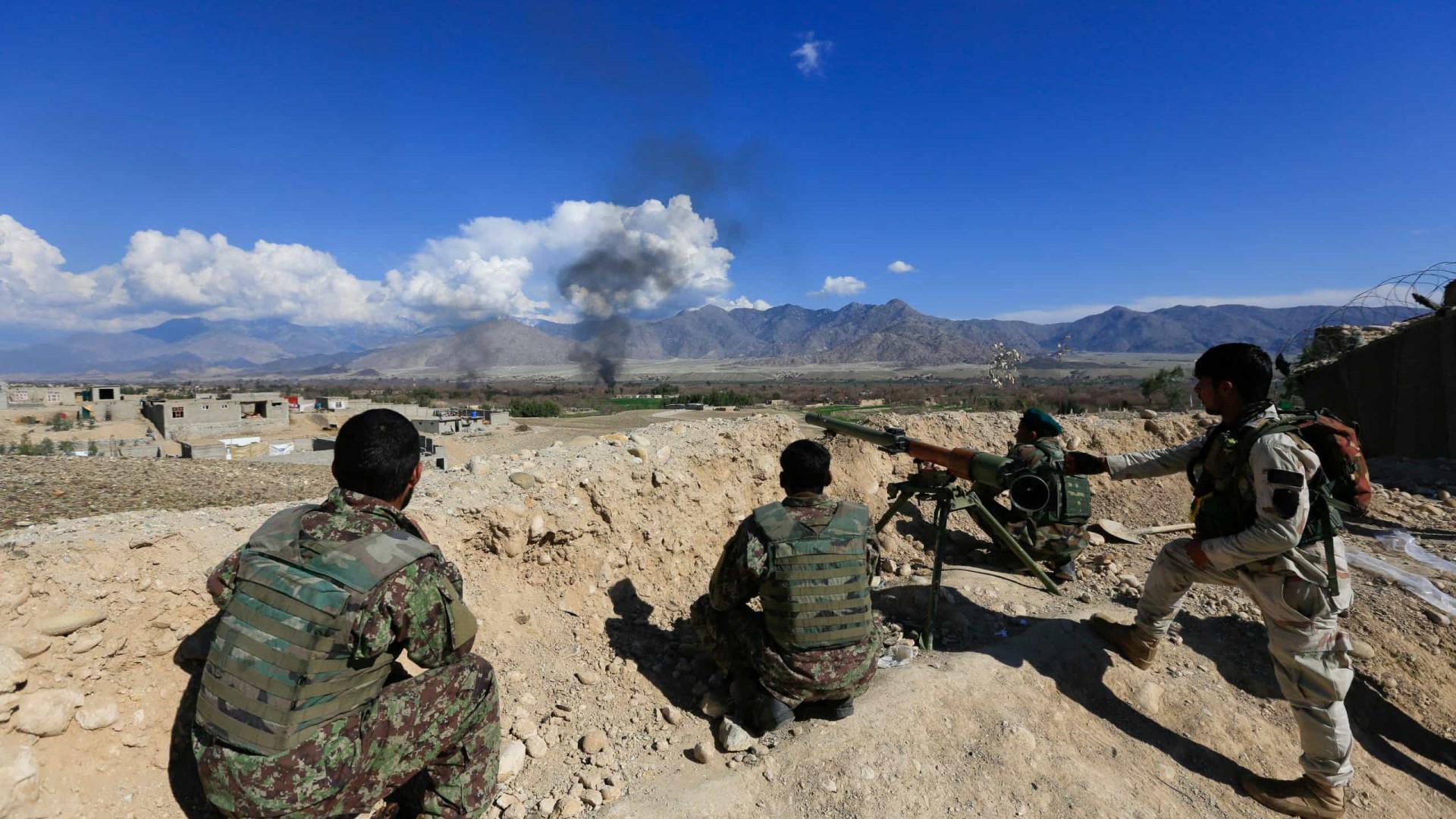 Dois ataques suicidas matam sete policiais no Afeganistão