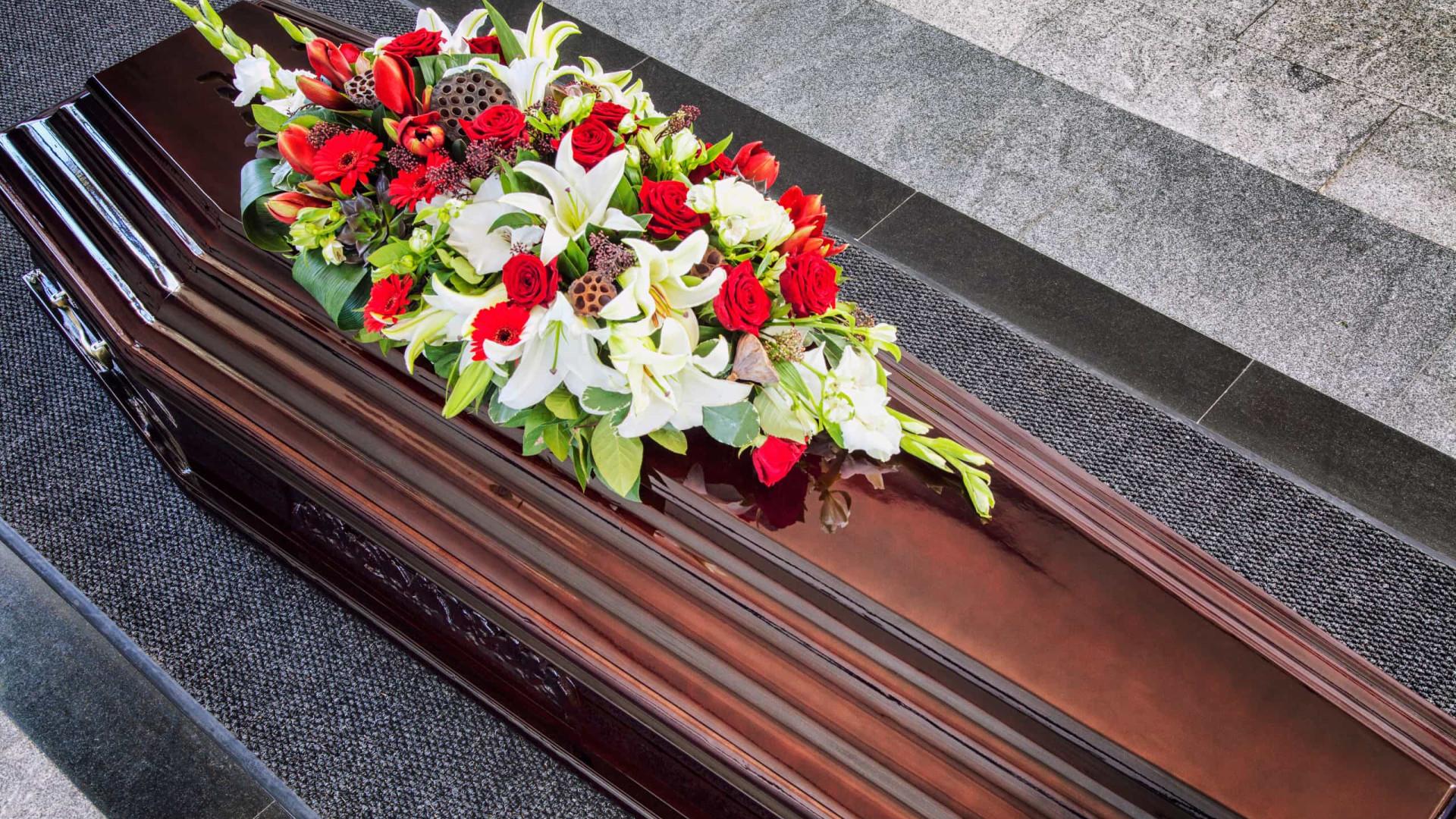 Família abre caixão em velório e 5 são contaminados por Covid na Bahia