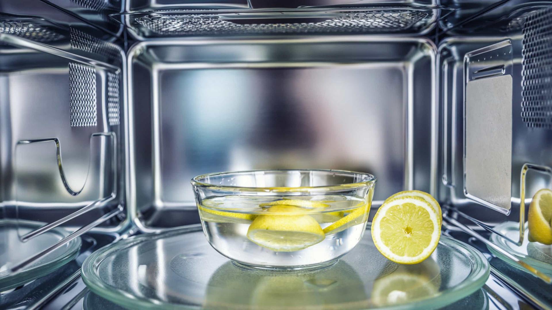 Truque infalível para limpar o microondas em minutos