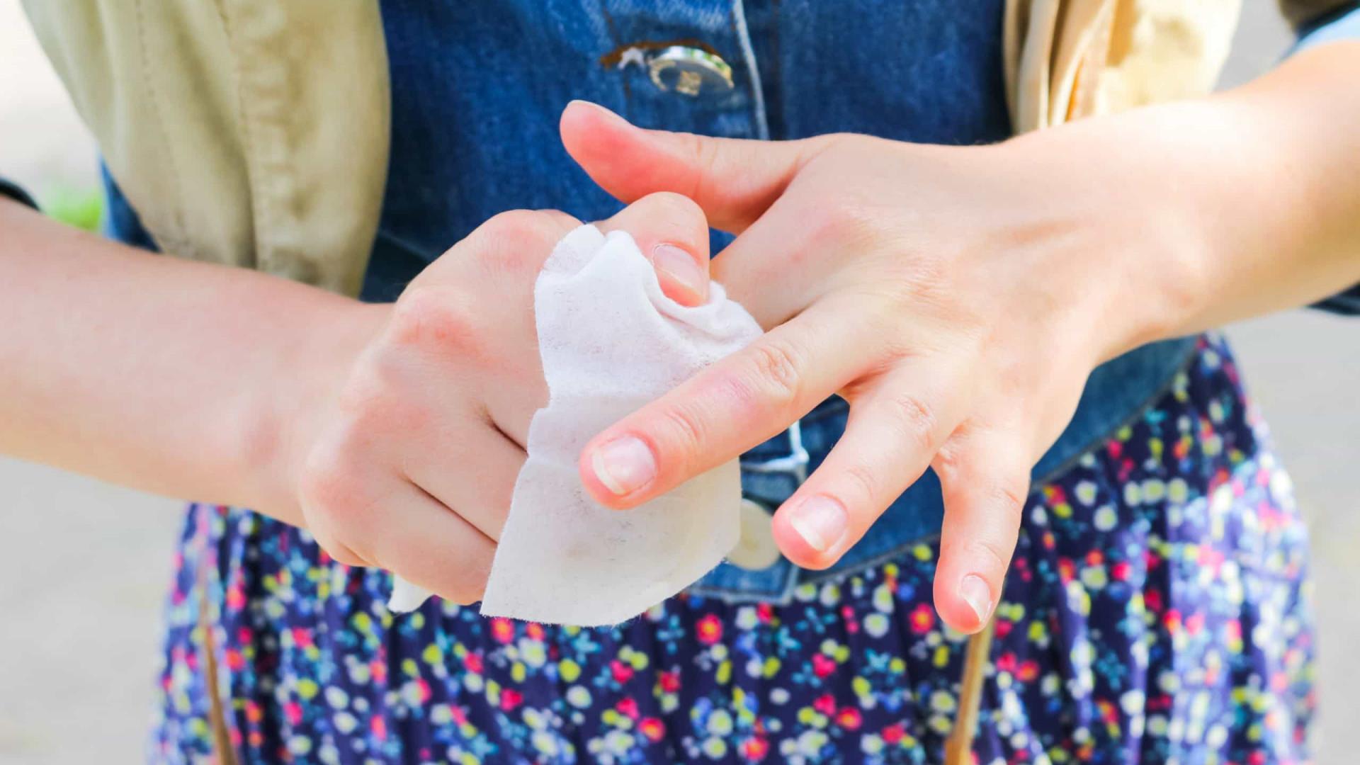 Limpar as mãos com lenços umedecidos é eficaz no combate a Covid-19?