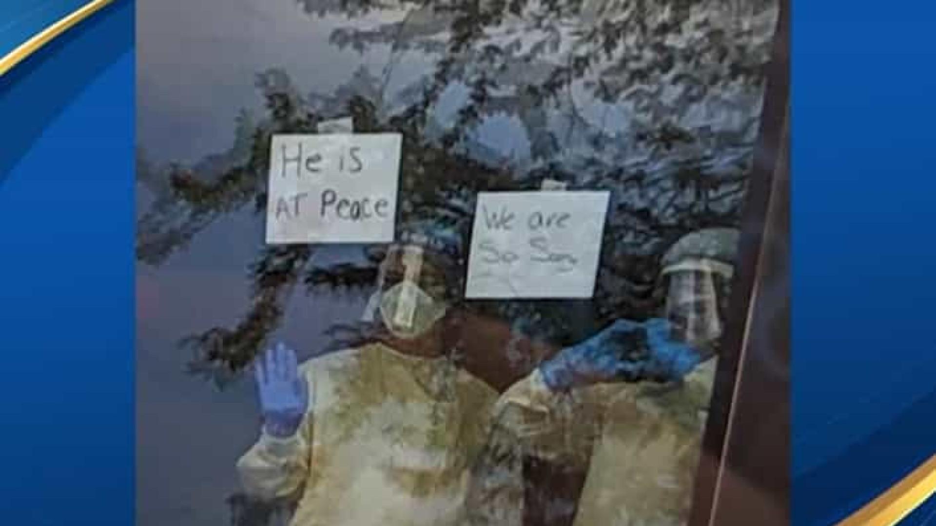 Enfermeiras avisam família que pai morreu através de mensagem à janela