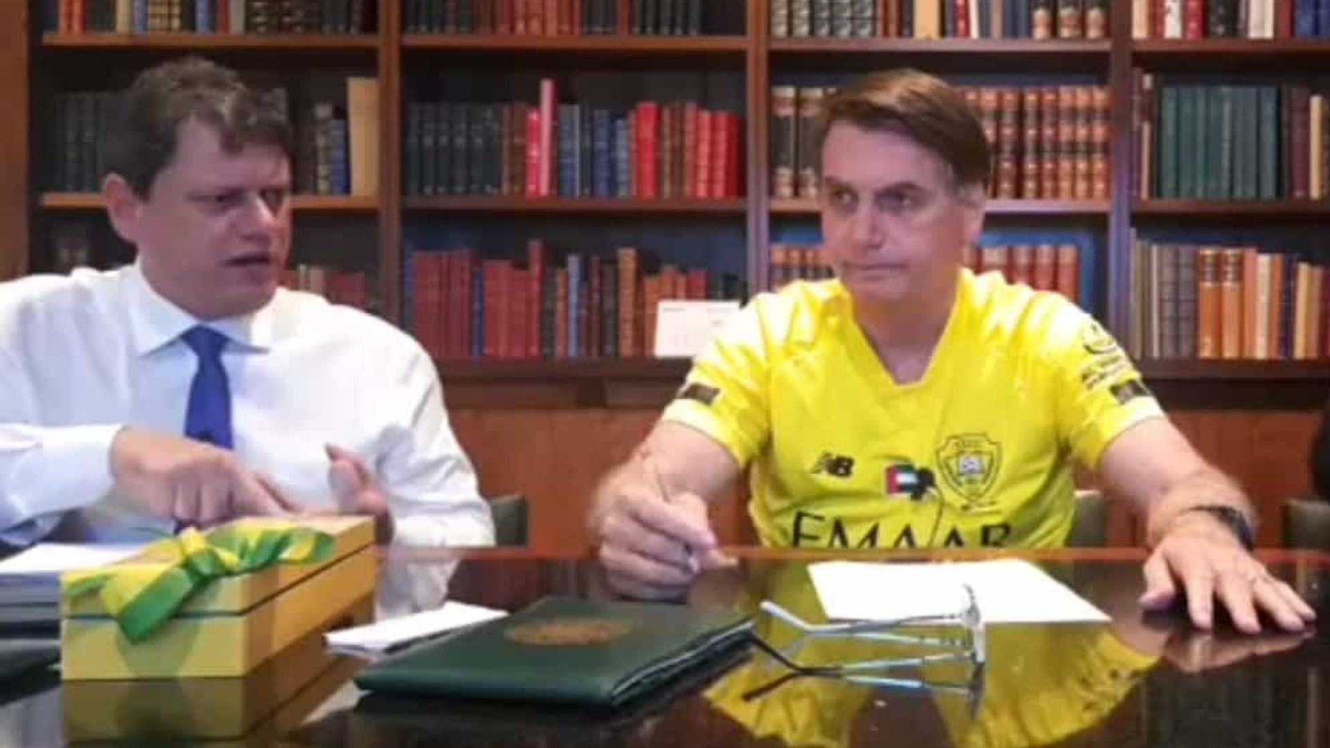 Bolsonaro sugere em live volta ao trabalho com uso de máscara