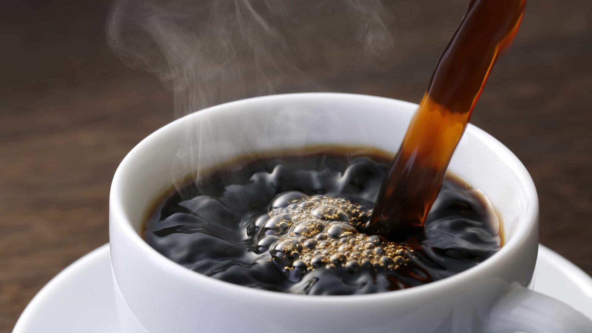 Cuidado. Beber esta quantidade de café pode causar overdose
