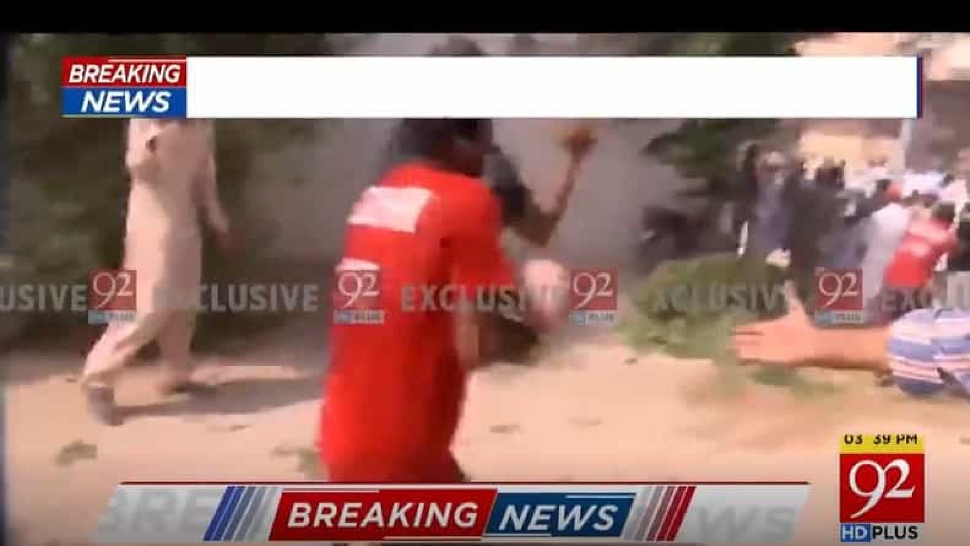 Bebê é retirado com vida de escombros do avião que caiu no Paquistão