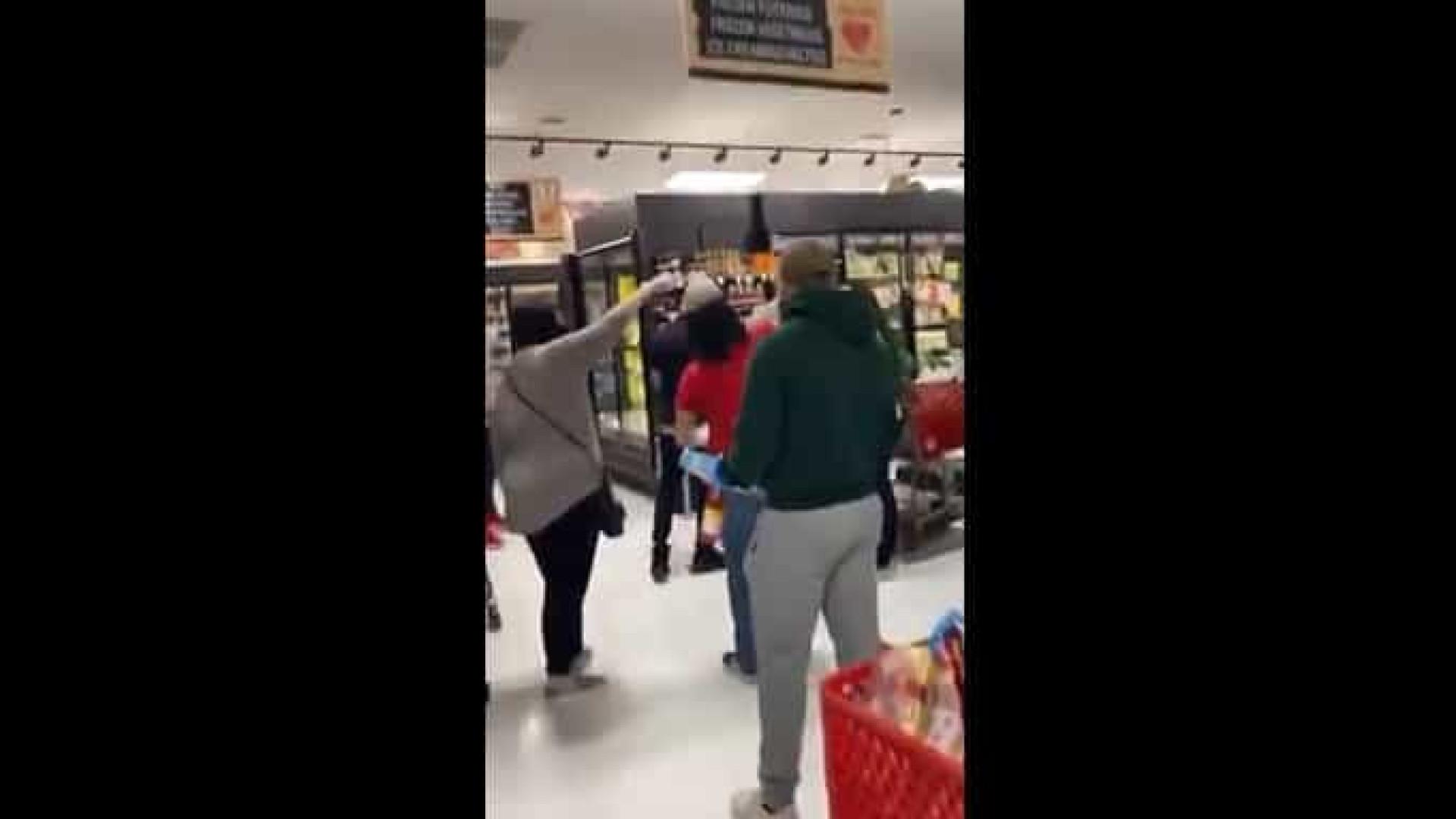 Mulher sem máscara é expulsa de supermercado nos EUA