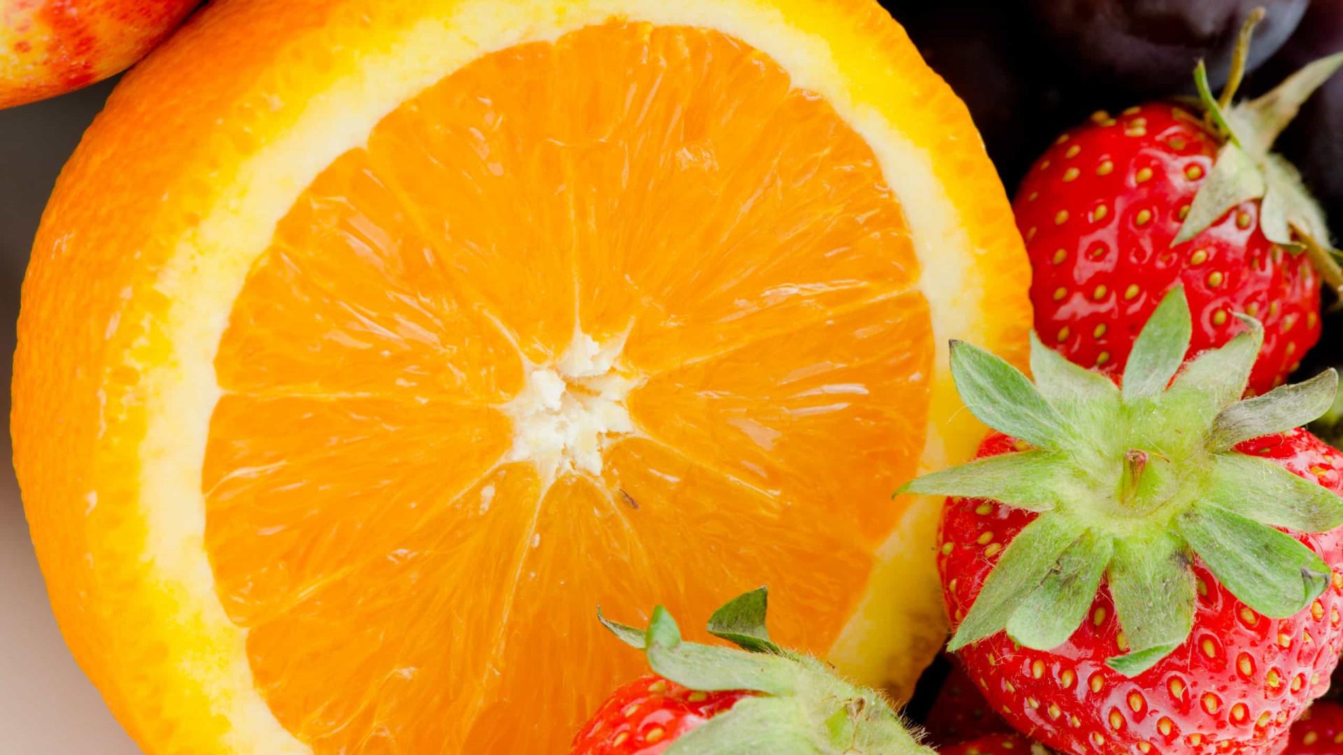 Aprenda fazer um suco detox de laranja e morango que ajuda emagrecer