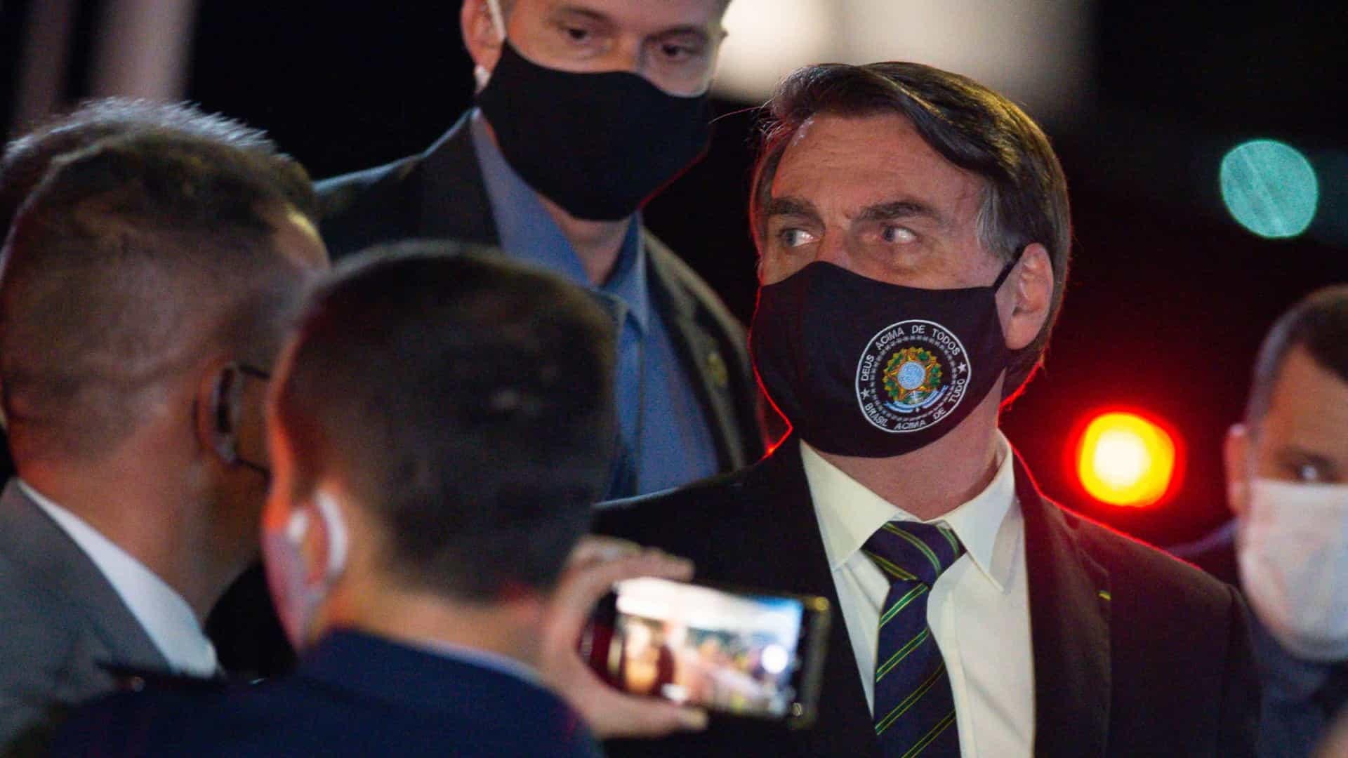 Bolsonaro sanciona socorro a Estados e veta reajuste a servidores
