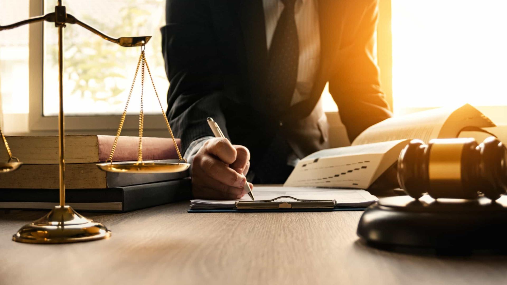 Juiz copia e cola sentença, erra nome de preso e impede sua saída