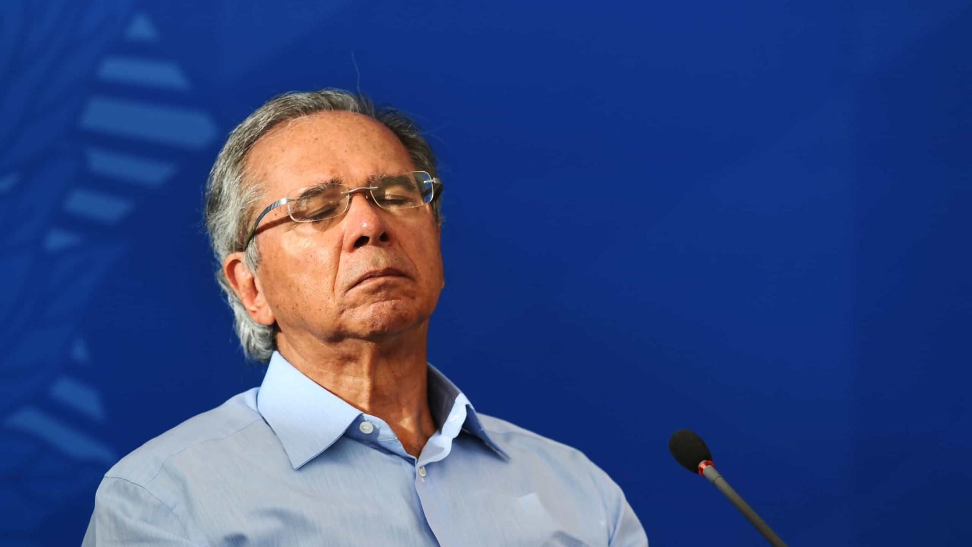 É cretino atacar o governo do seu país em vez de ajudar, diz Guedes