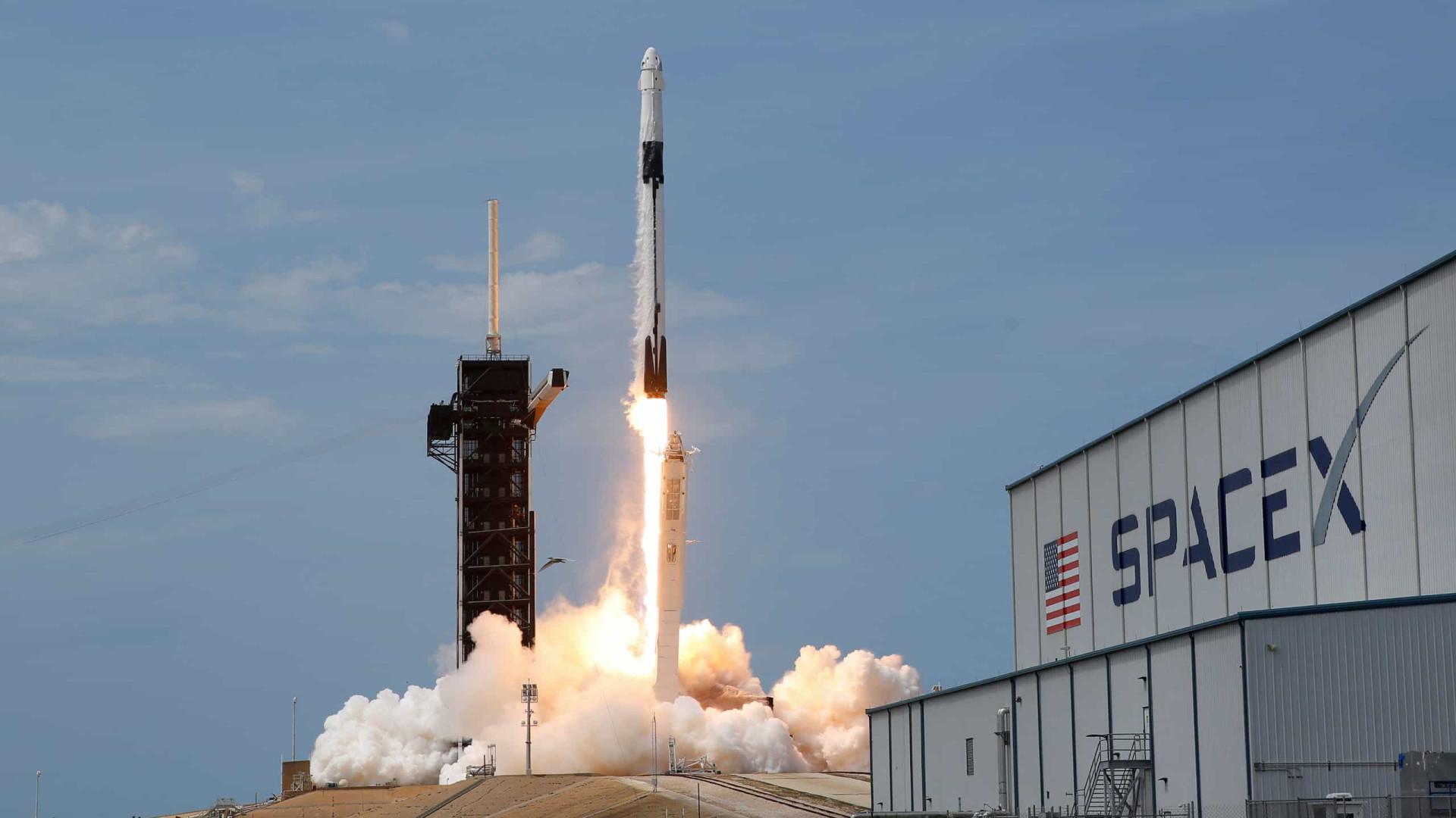 Cápsula da SpaceX vai acoplar com Estação Espacial. Acompanhe aqui