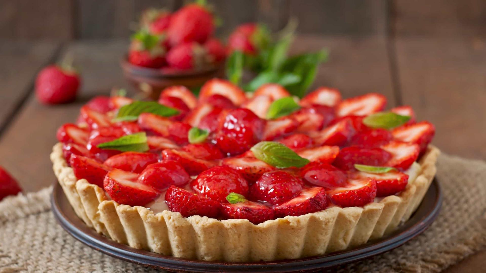 Aprenda a preparar uma deliciosa e fresquinha torta de morango