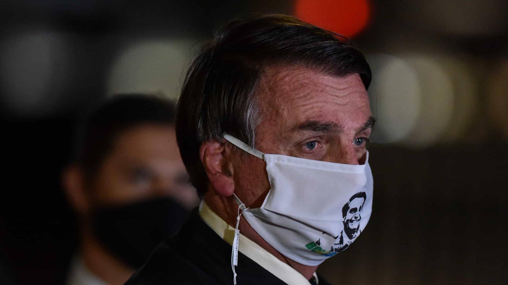 Bolsonaro ignora proteção contra covid em visita à cidade no interior
