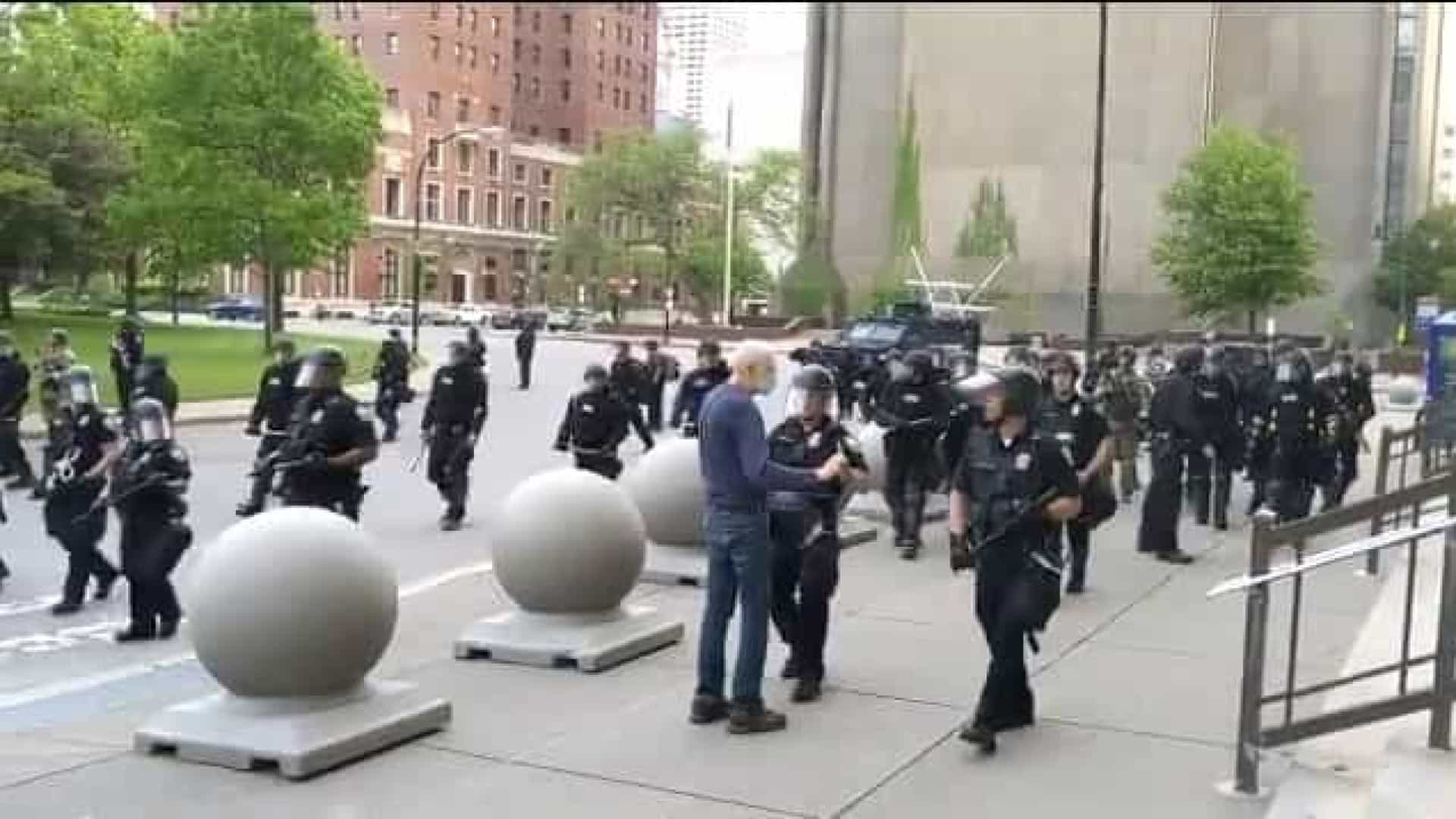 Idoso é empurrado por policial e fica com ferimentos graves nos EUA