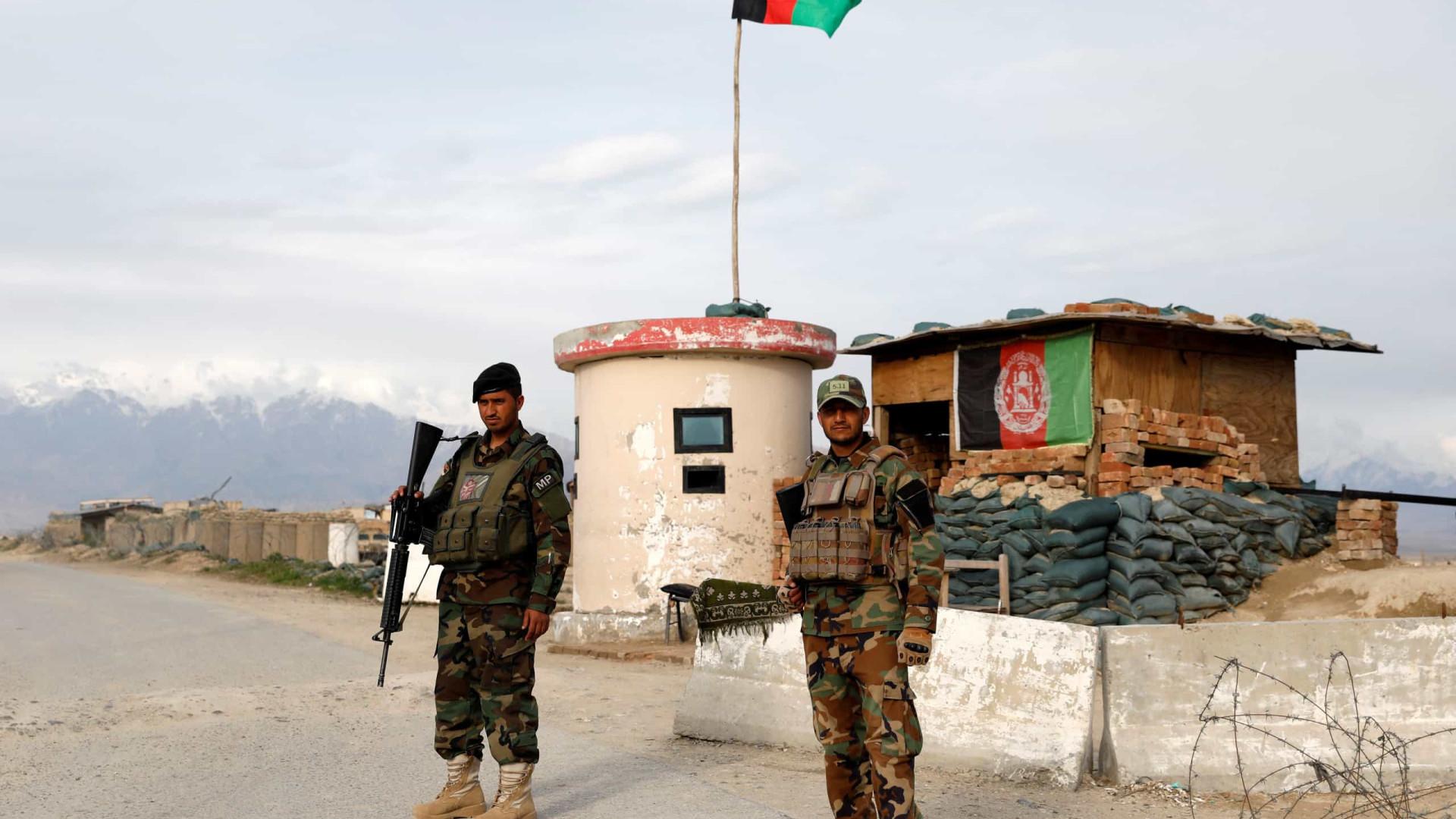 Talibãs aceitam negociações de paz após Cabul libertar 400 prisioneiros