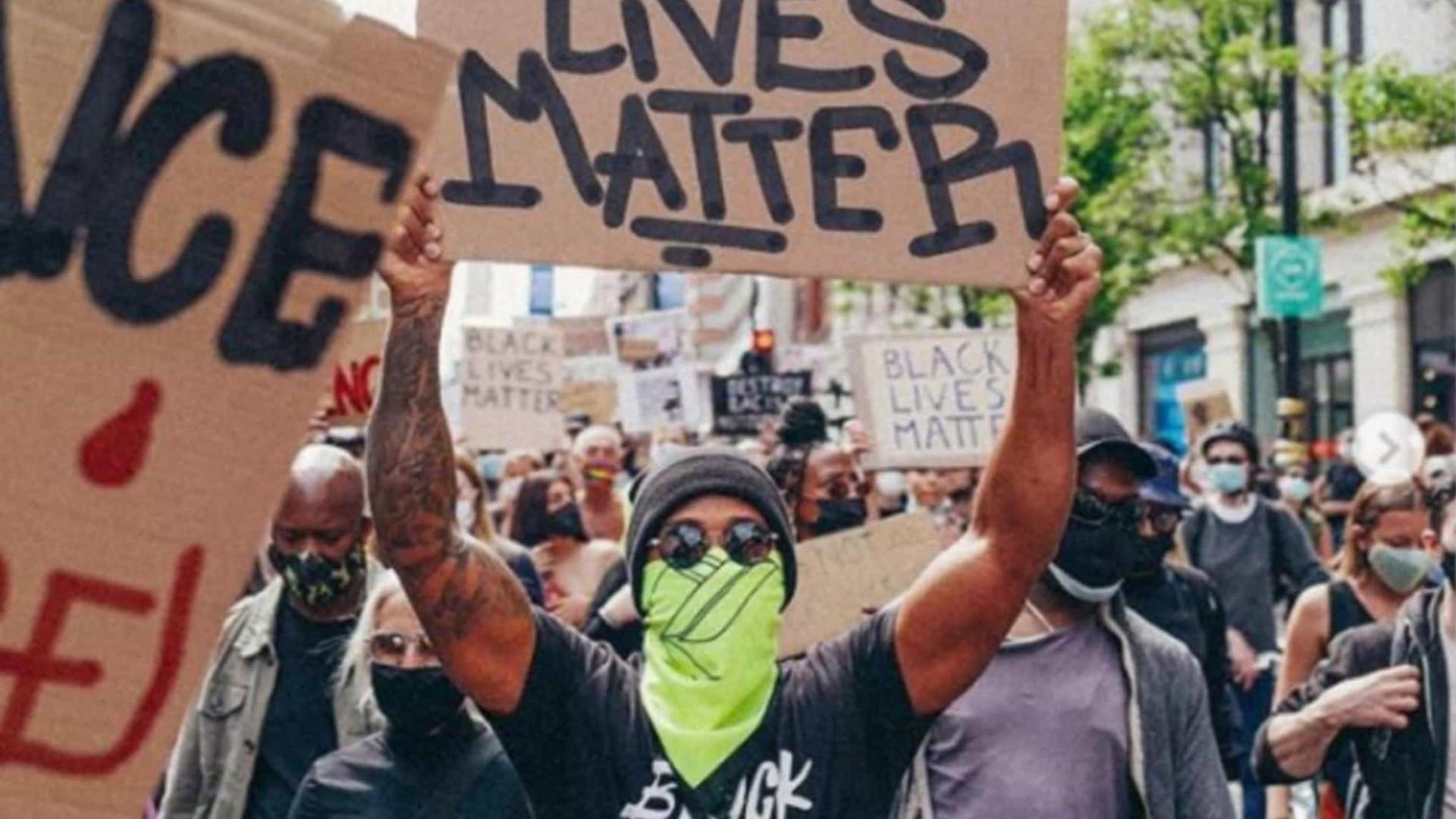 Lewis Hamilton participa de protesto antirracista em Londres