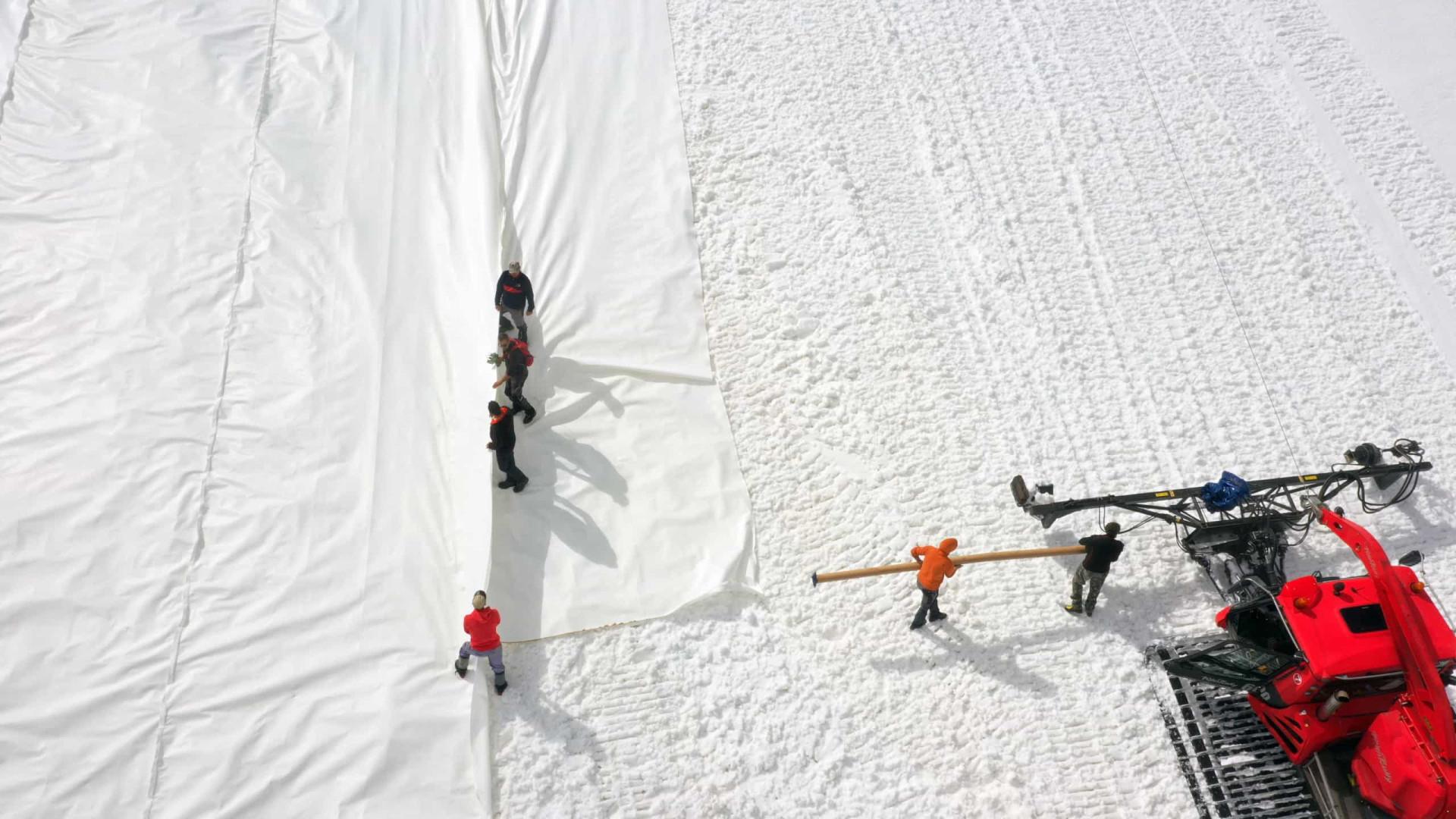 Itália cobre montanha para proteger neve de aquecimento global