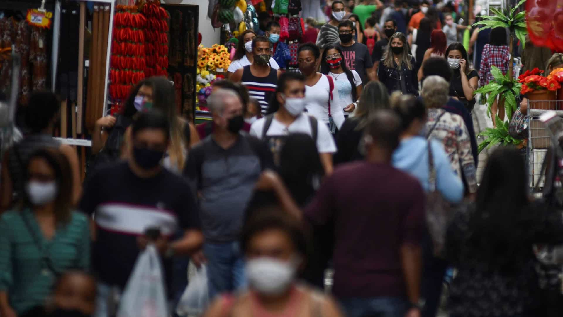 OMS diz que pandemia é 'uma grande onda' e não é sazonal