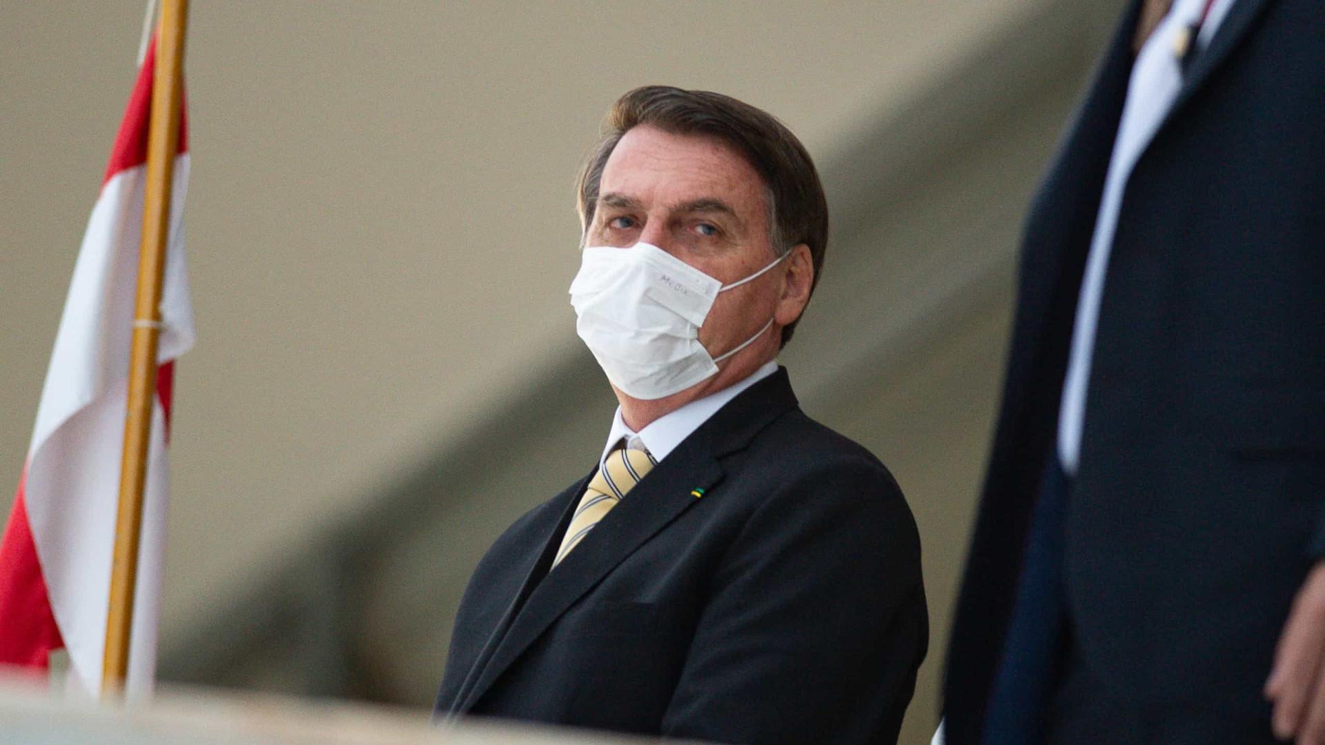 Com febre, Bolsonaro fará novo exame para detectar covid-19